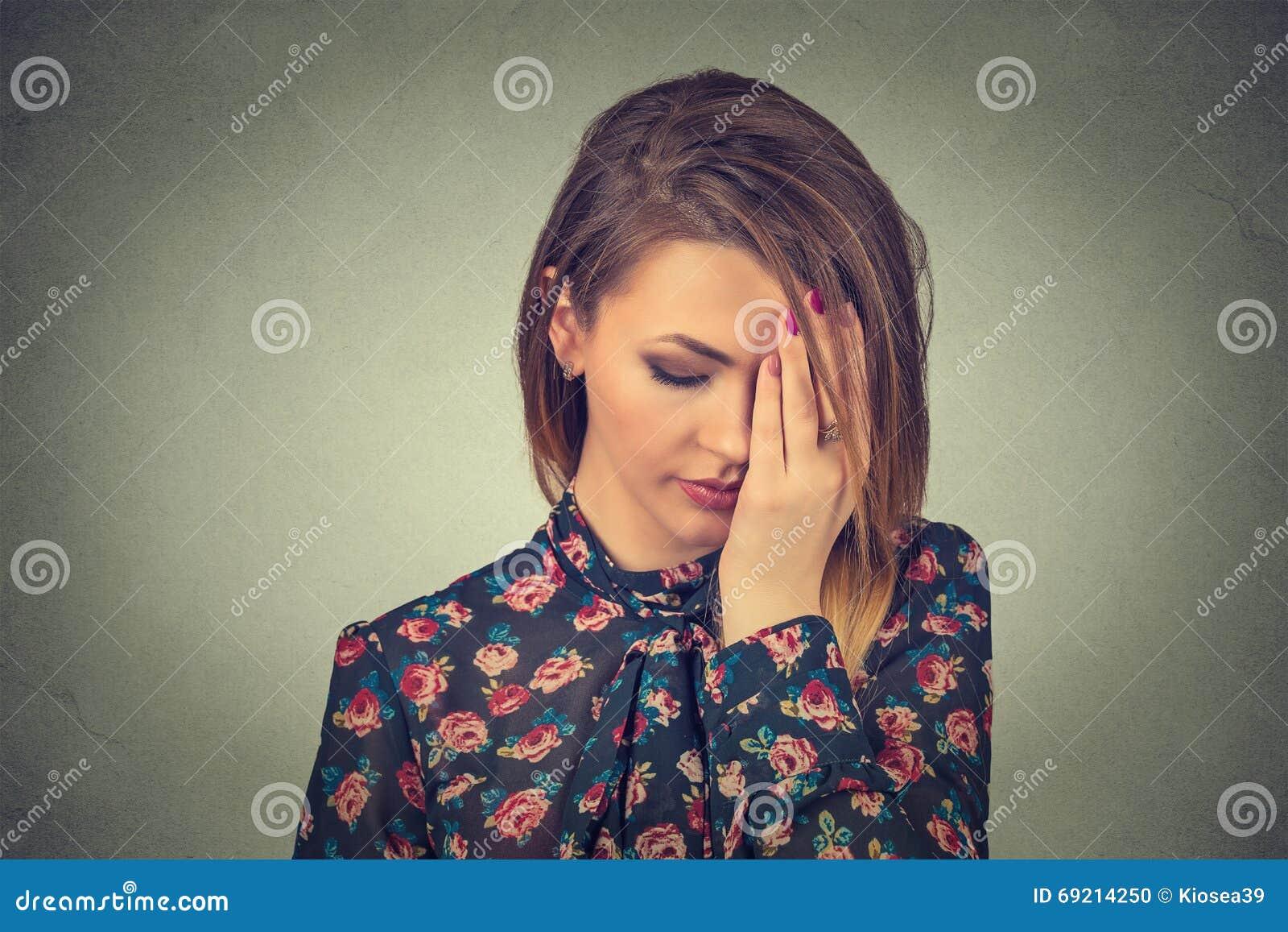 Mulher bonita nova triste com expressão forçada preocupada da cara