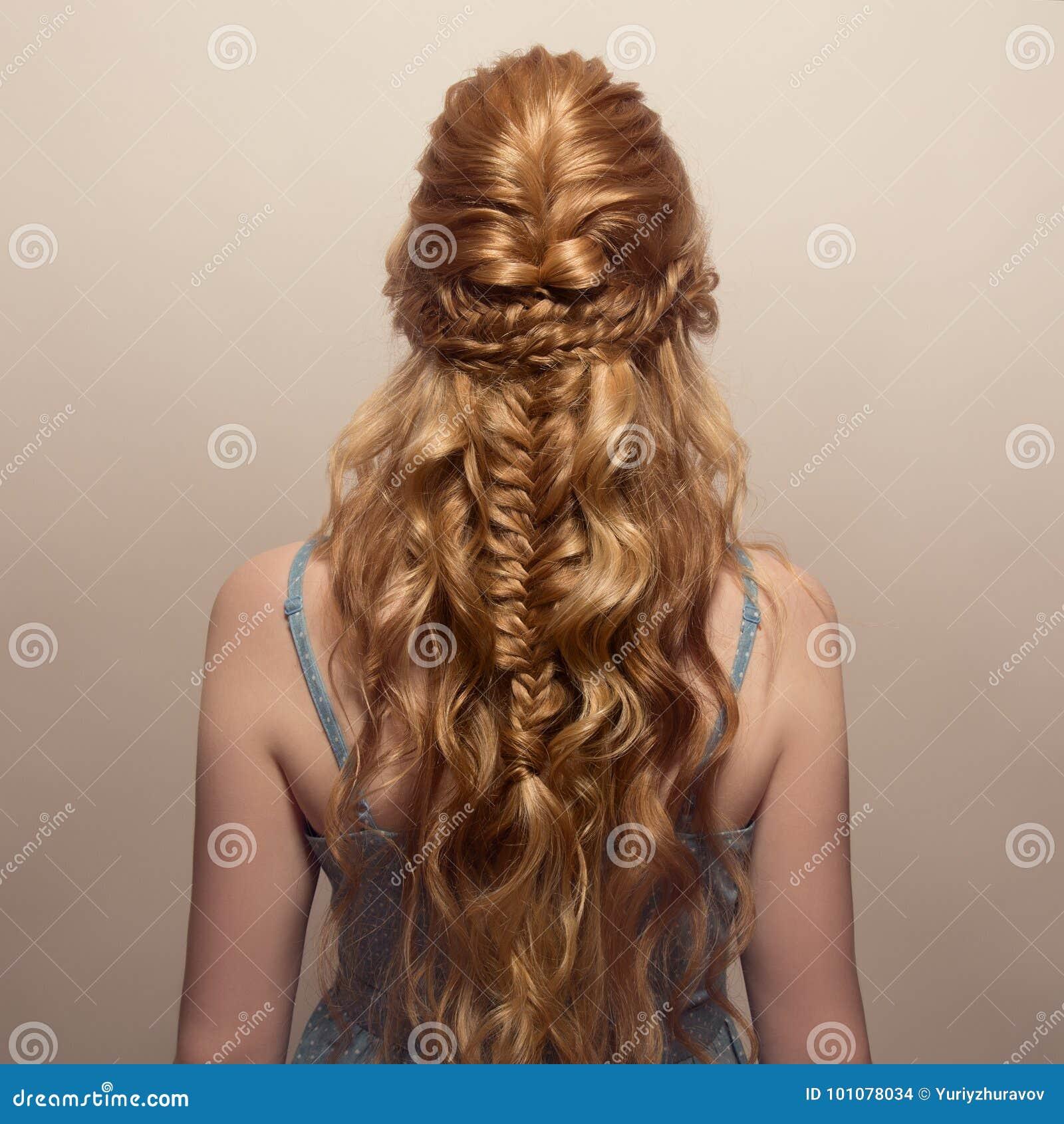 Mulher bonita Penteado da cauda da trança