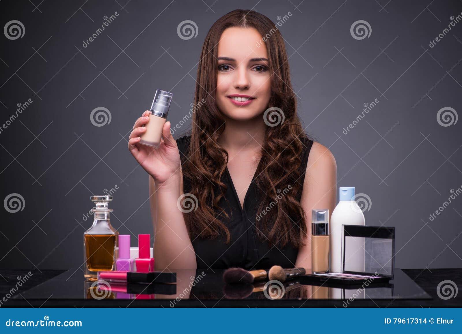A mulher bonita que aplica a composição no conceito da forma