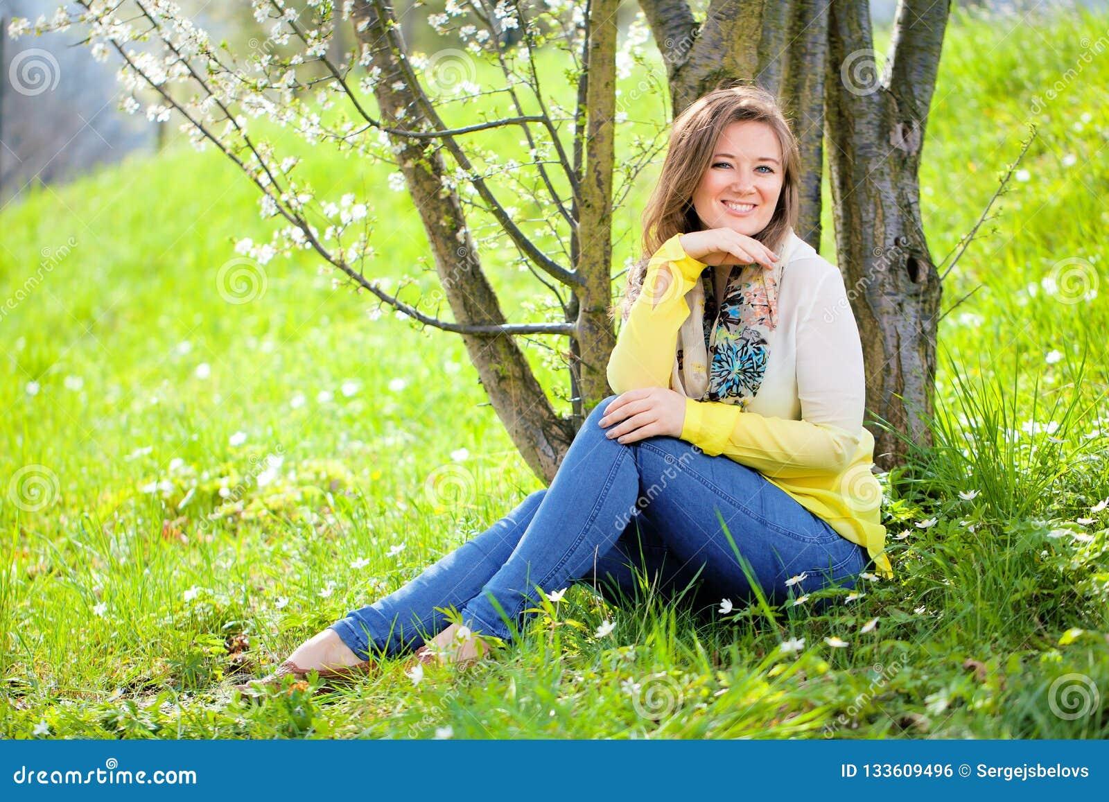 Mulher bonita que aprecia o campo da margarida, encontro fêmea agradável para baixo dentro