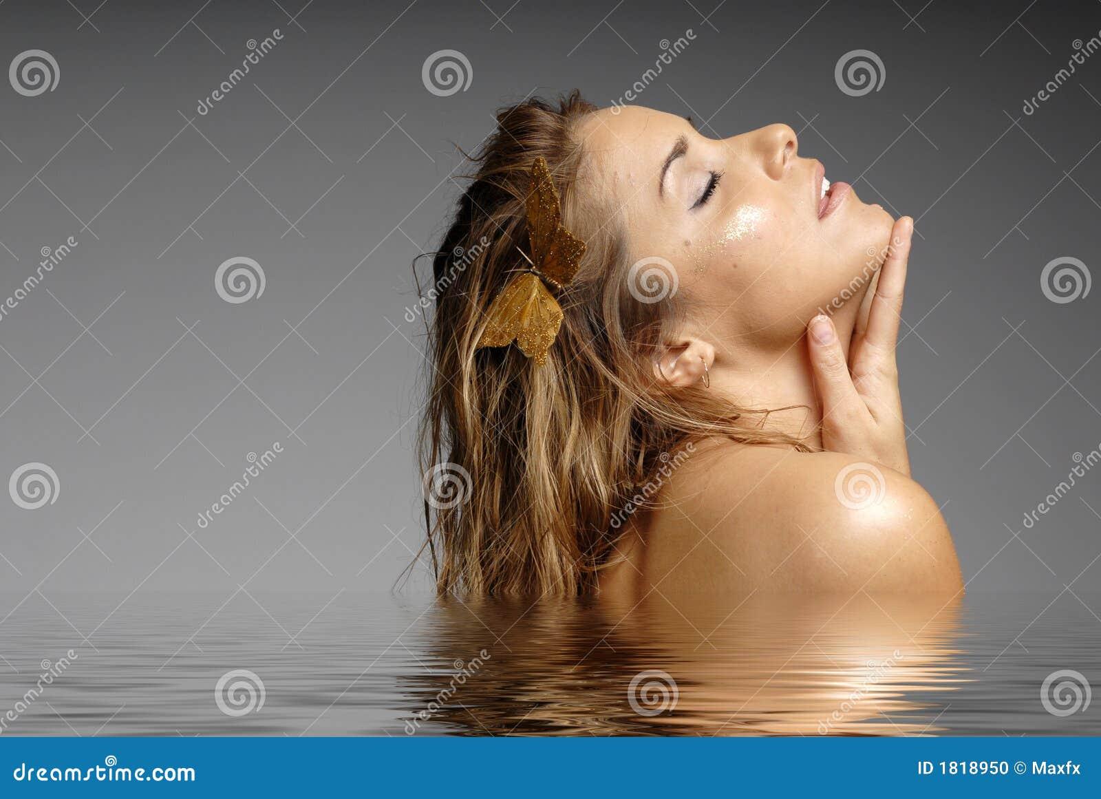 Mulher bonita que banha-se na água - termas