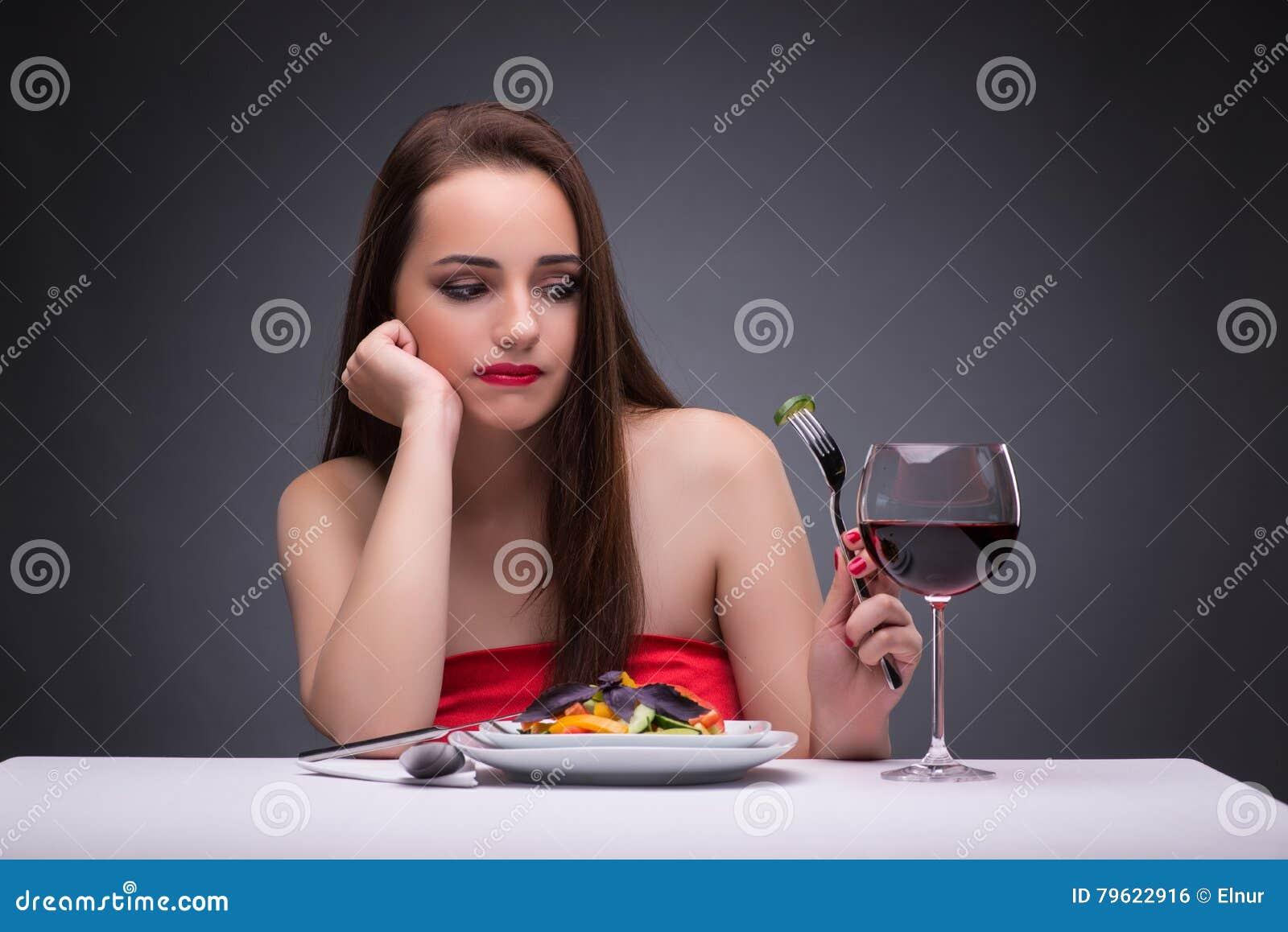 A mulher bonita que come apenas com vinho