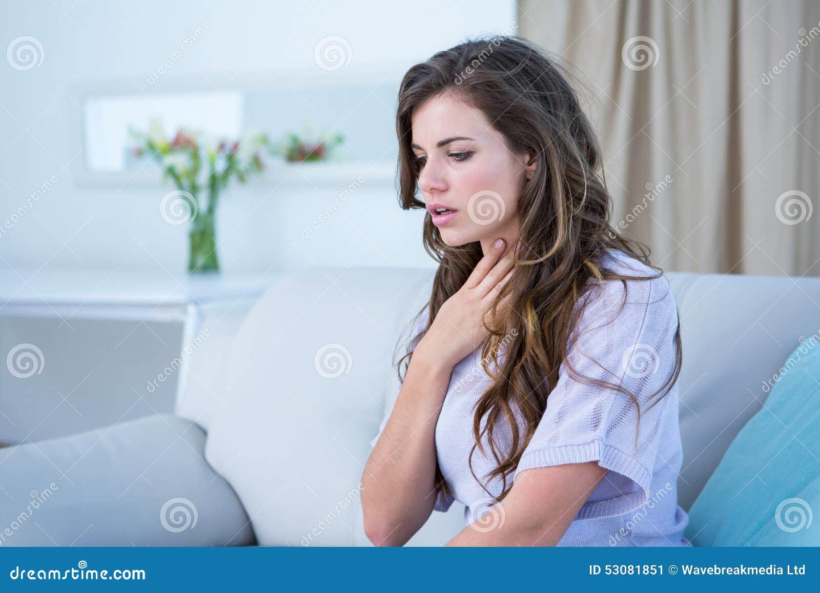 Mulher bonita que faz a crise da asma