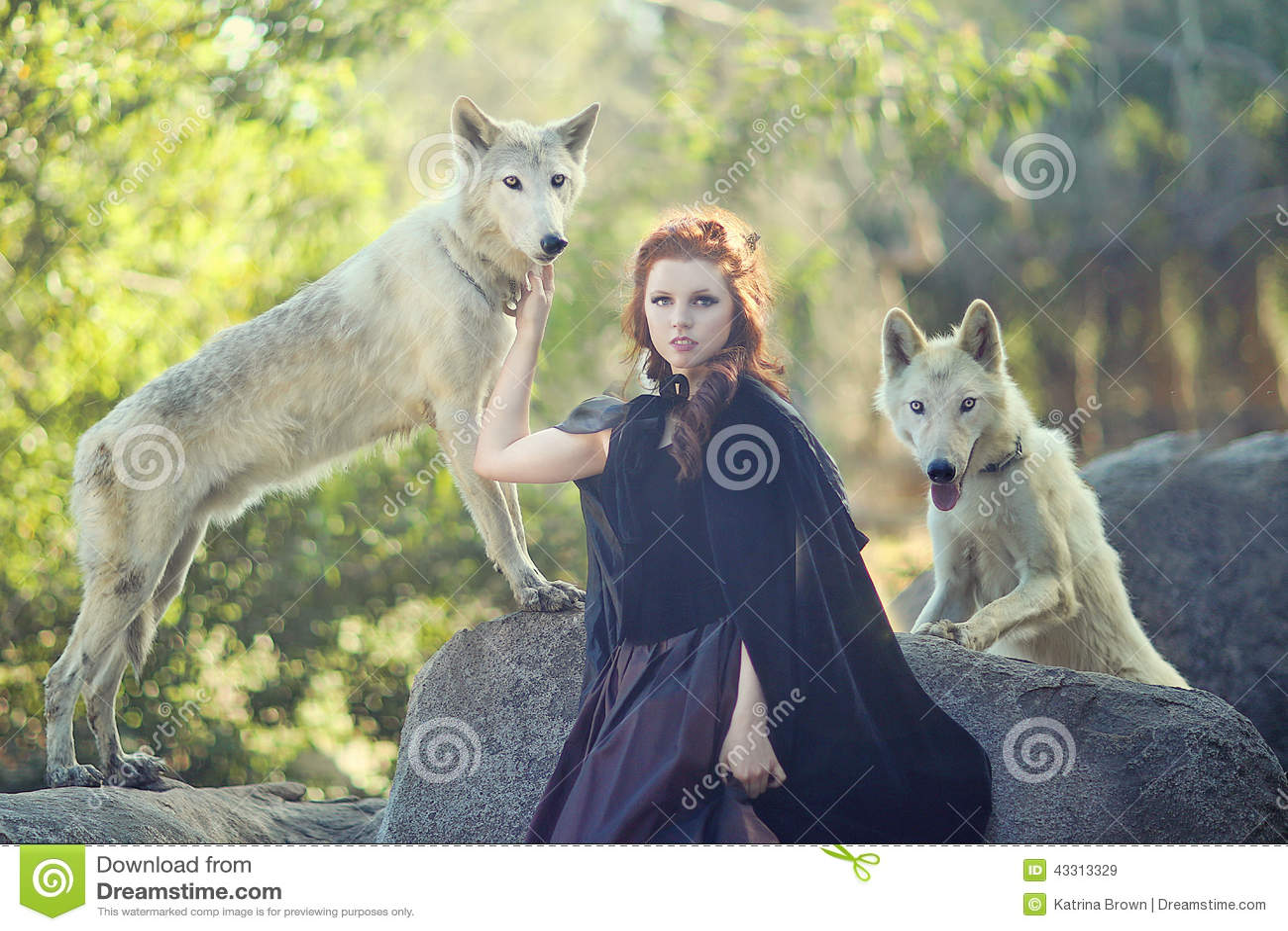 mulher-bonita-que-levanta-com-lobos-fora-43313329.jpg