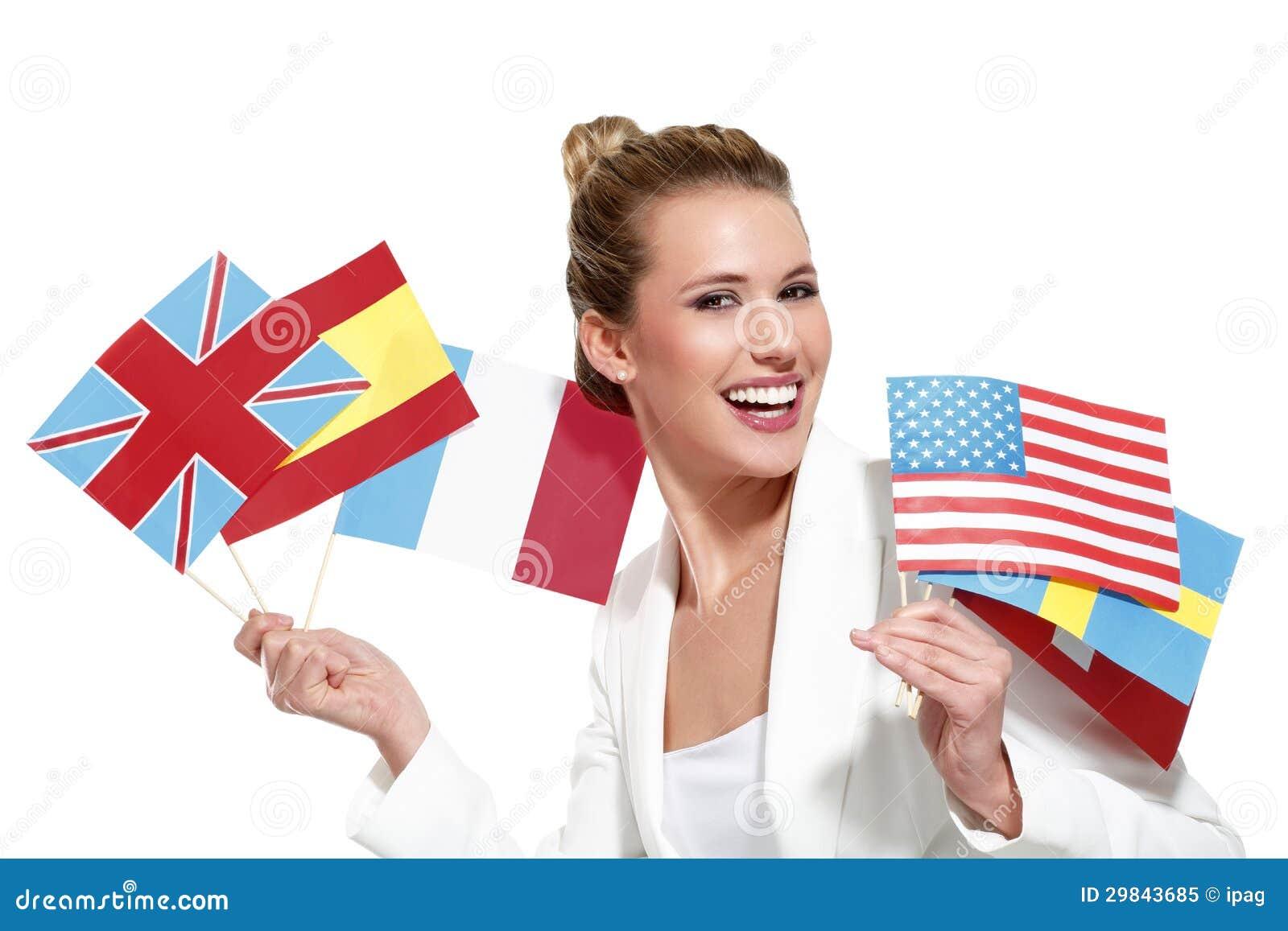 Mulher bonita que mostra bandeiras internacionais
