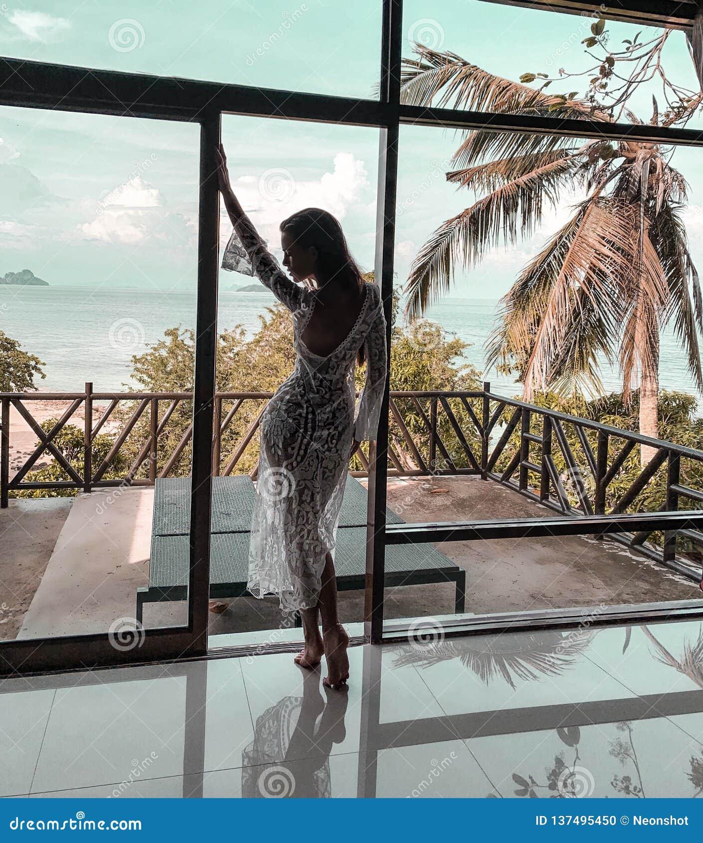 Mulher bonita que relaxa em férias