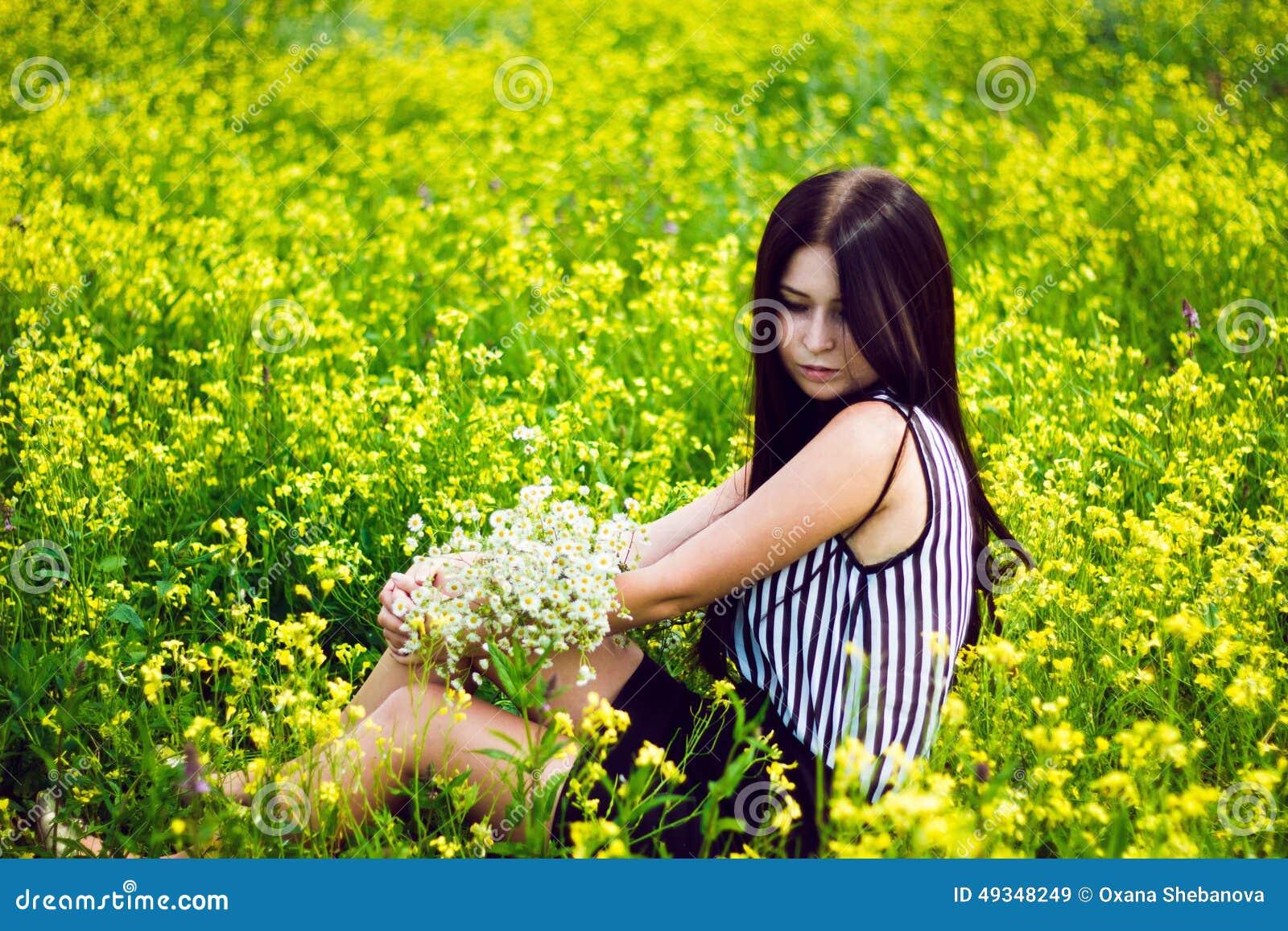 mulher-bonita-que-senta-se-no-fundo-amar