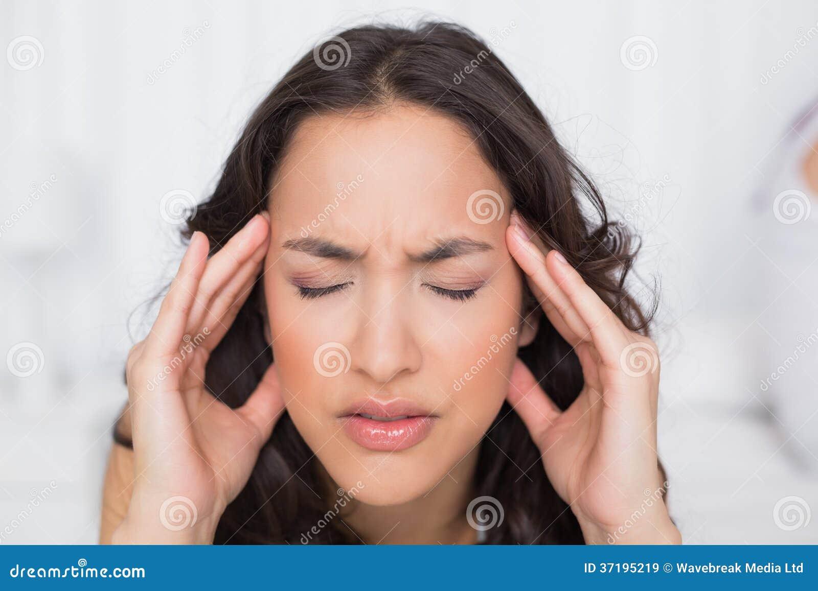 mulher-bonita-que-sofre-da-dor-de-cabea-