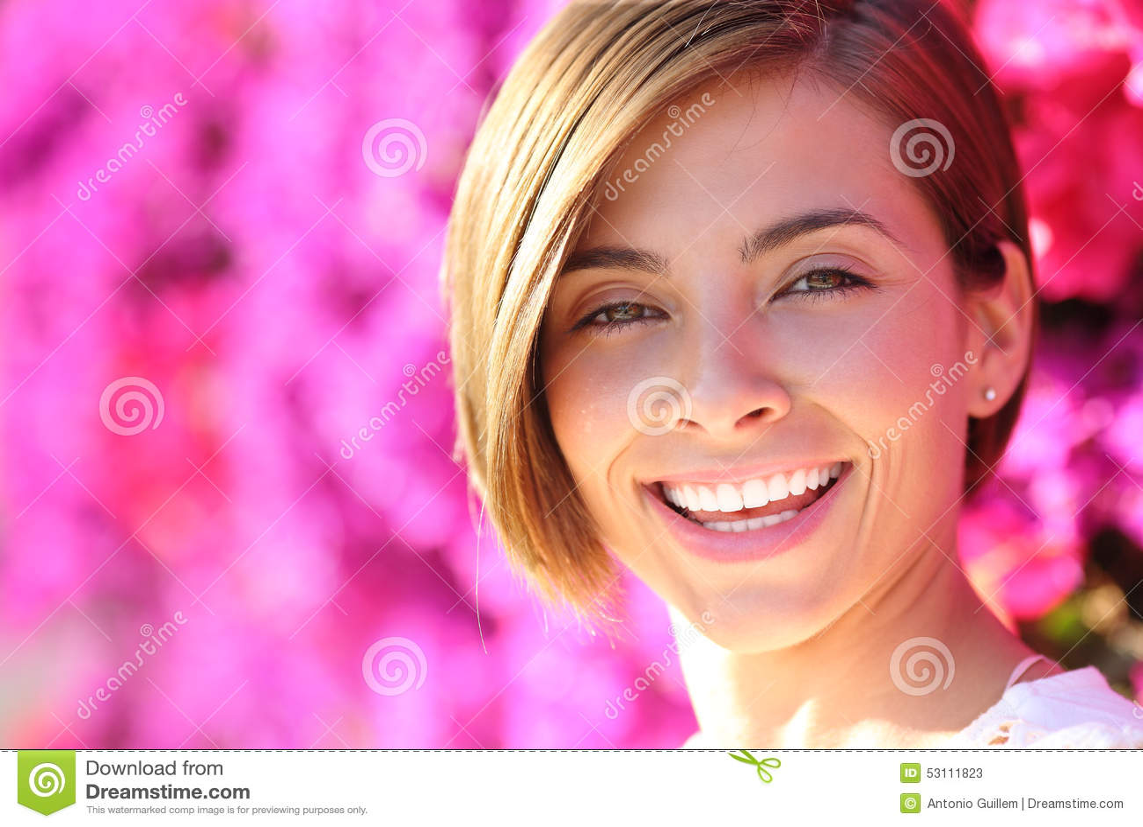Mulher bonita que sorri com os dentes perfeitos brancos