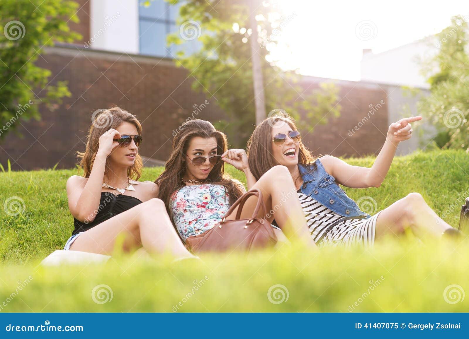 A mulher 3 bonita sente boa na grama