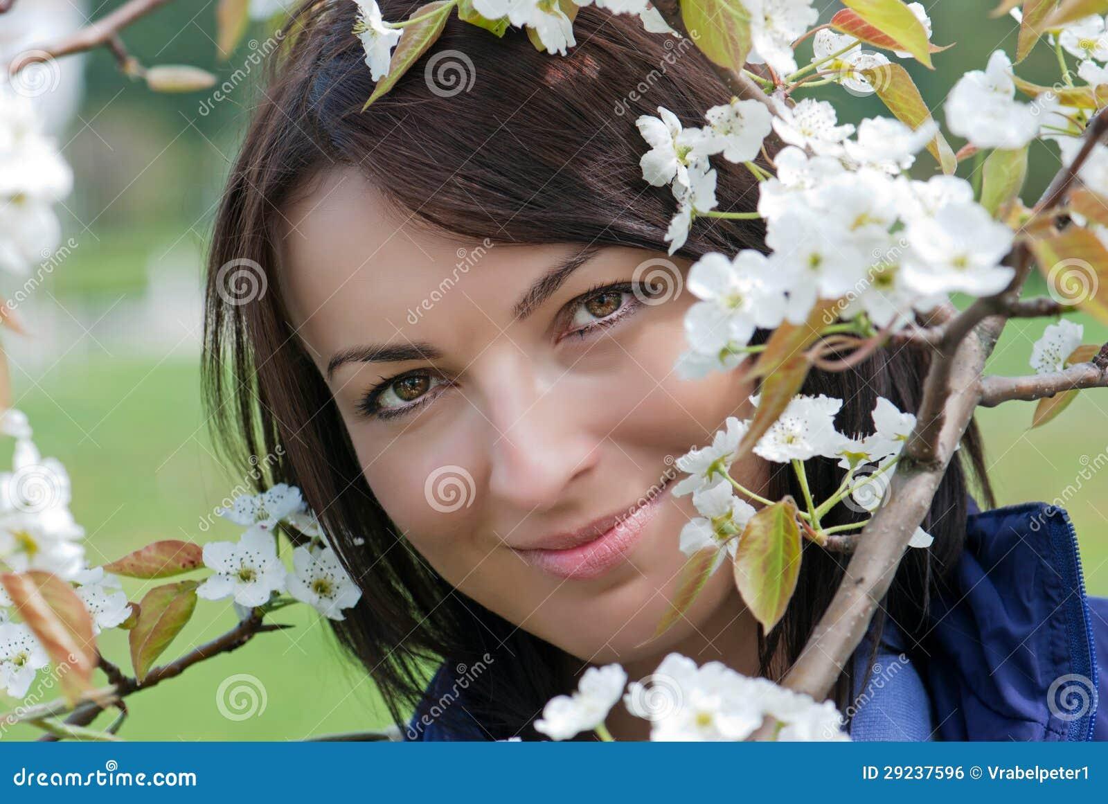 Download Mulher Bonita Sob A árvore De Florescência Foto de Stock - Imagem de flores, outdoor: 29237596