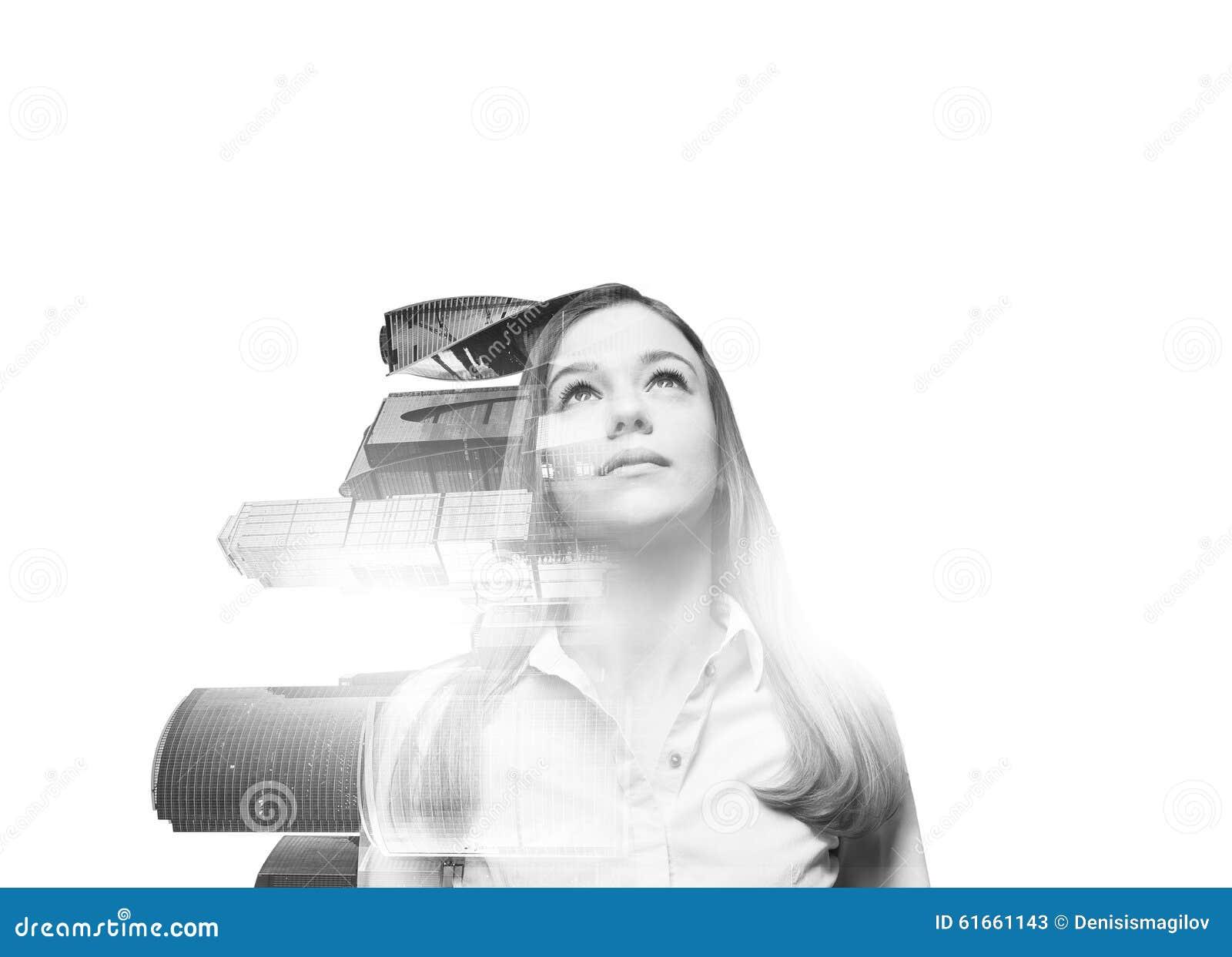 Mulher bonita transparente abstrata com opinião de centro de negócio da cidade de Moscou no fundo branco Um conceito do sucesso