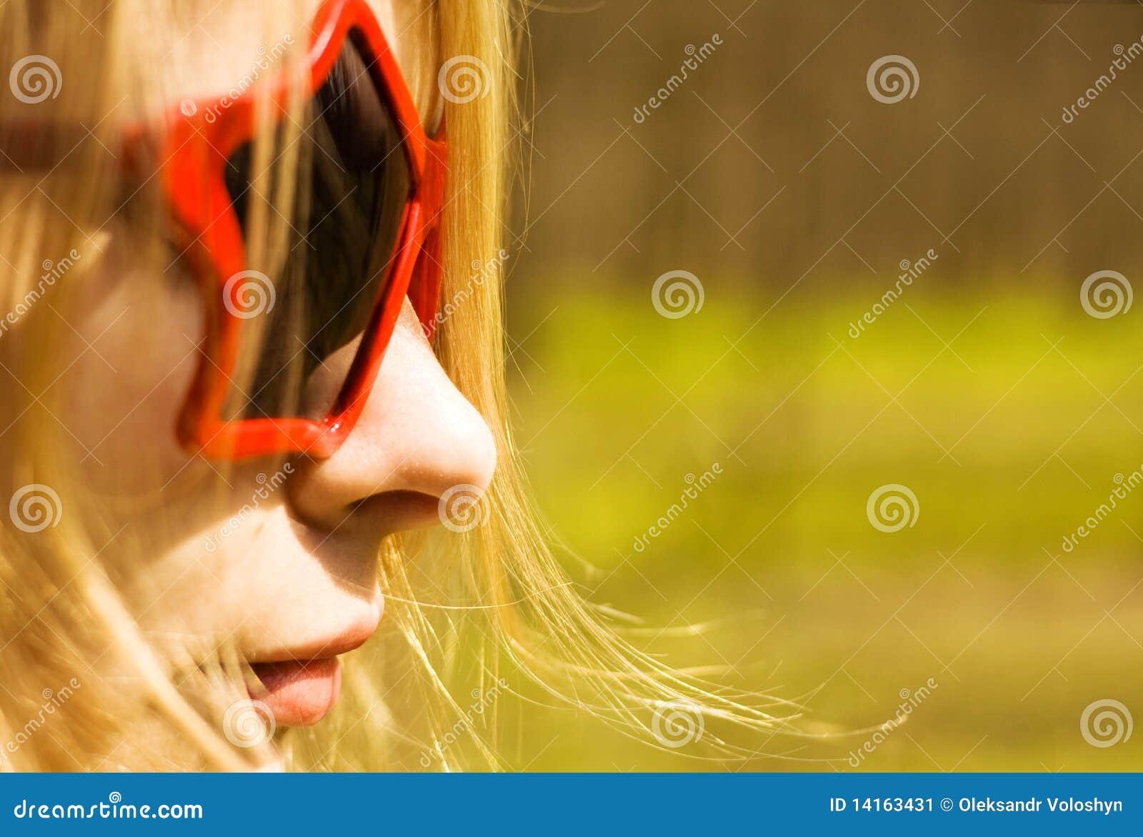 Mulher bonito em vidros de sol star-shaped
