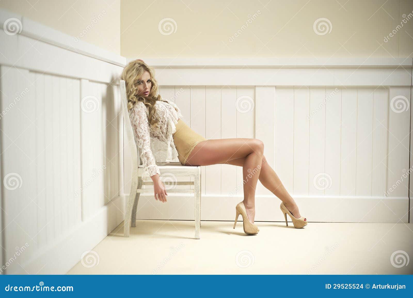 Mulher bonito  sexy  nova na cadeira.