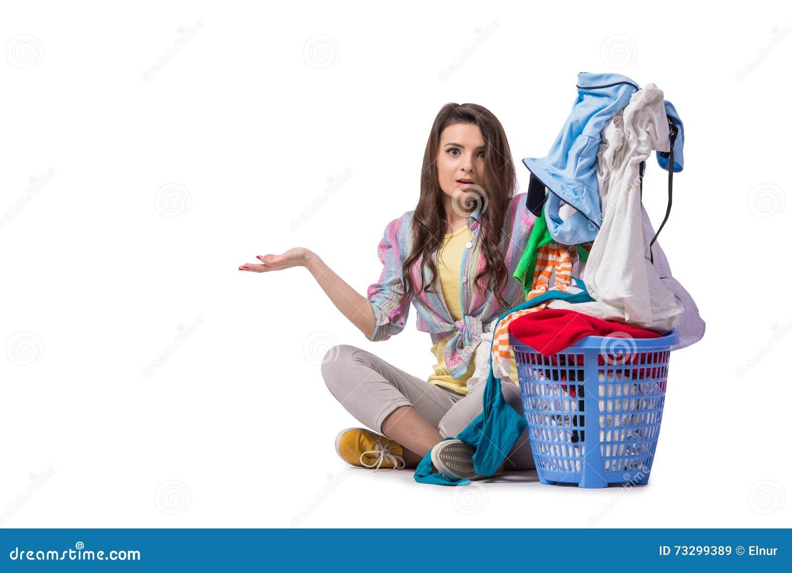 A mulher cansado após ter feito a lavanderia isolada no branco