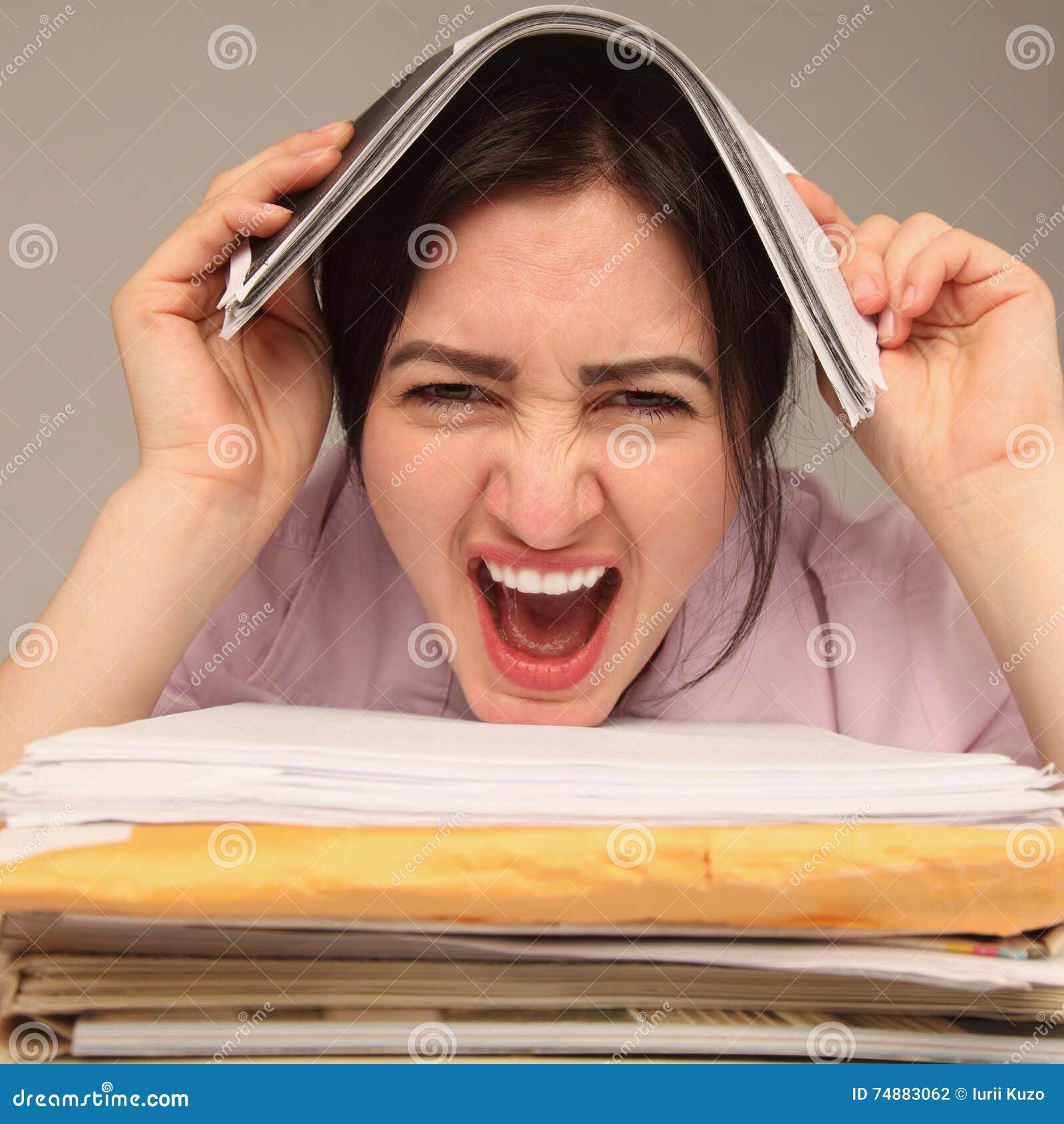 Mulher cansado e esgotada que trabalha com originais (psychologica