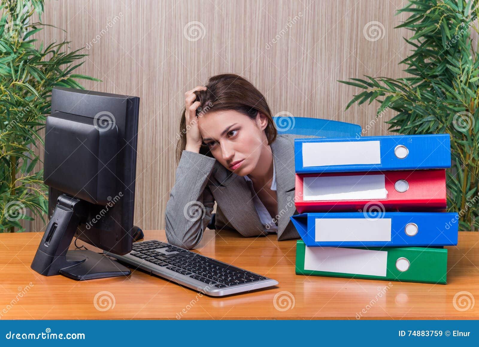 A mulher cansado forçada com demasiado trabalho