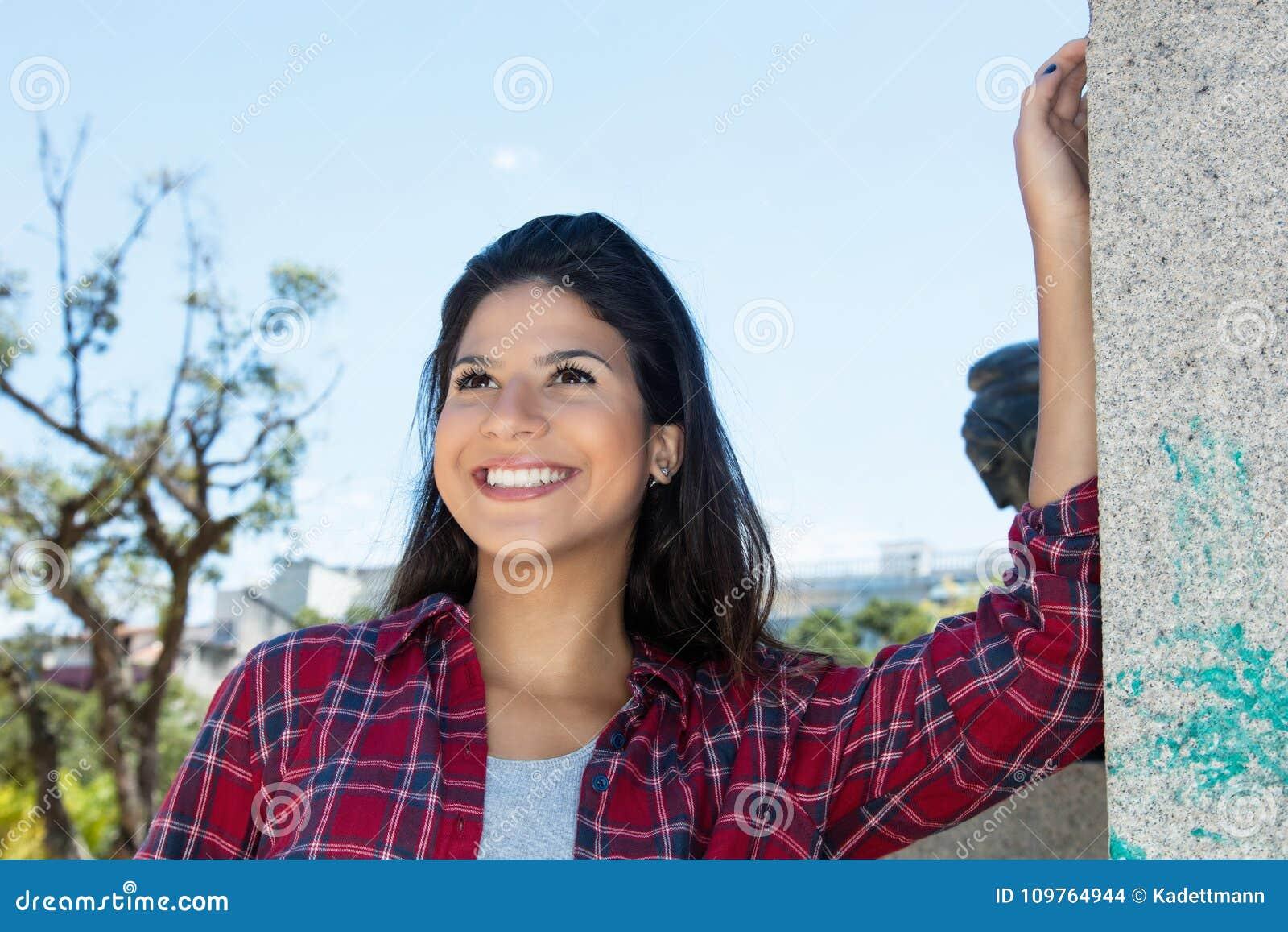 Mulher caucasiano atrativa na camisa do moderno na cidade