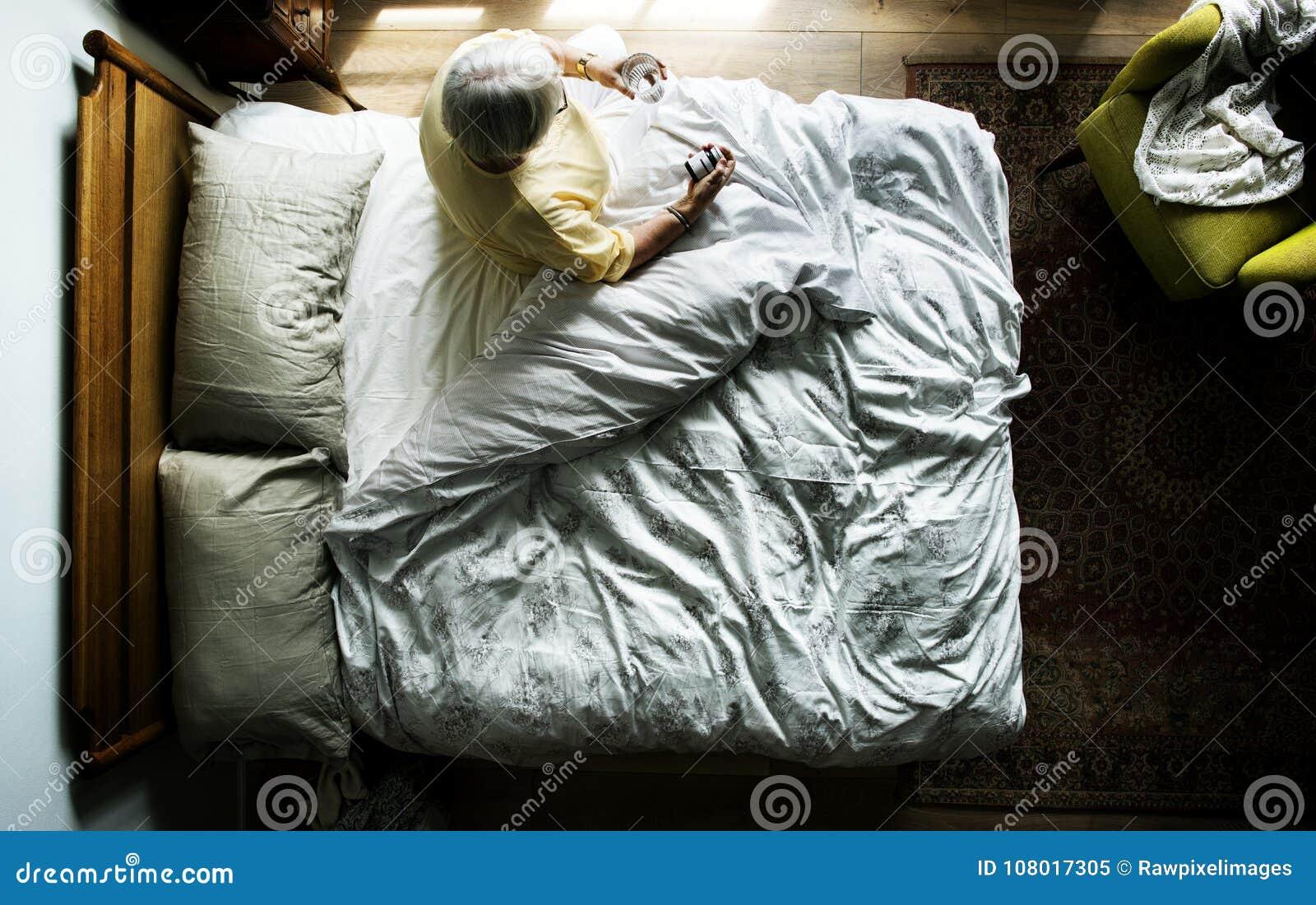 Mulher caucasiano idosa que acorda