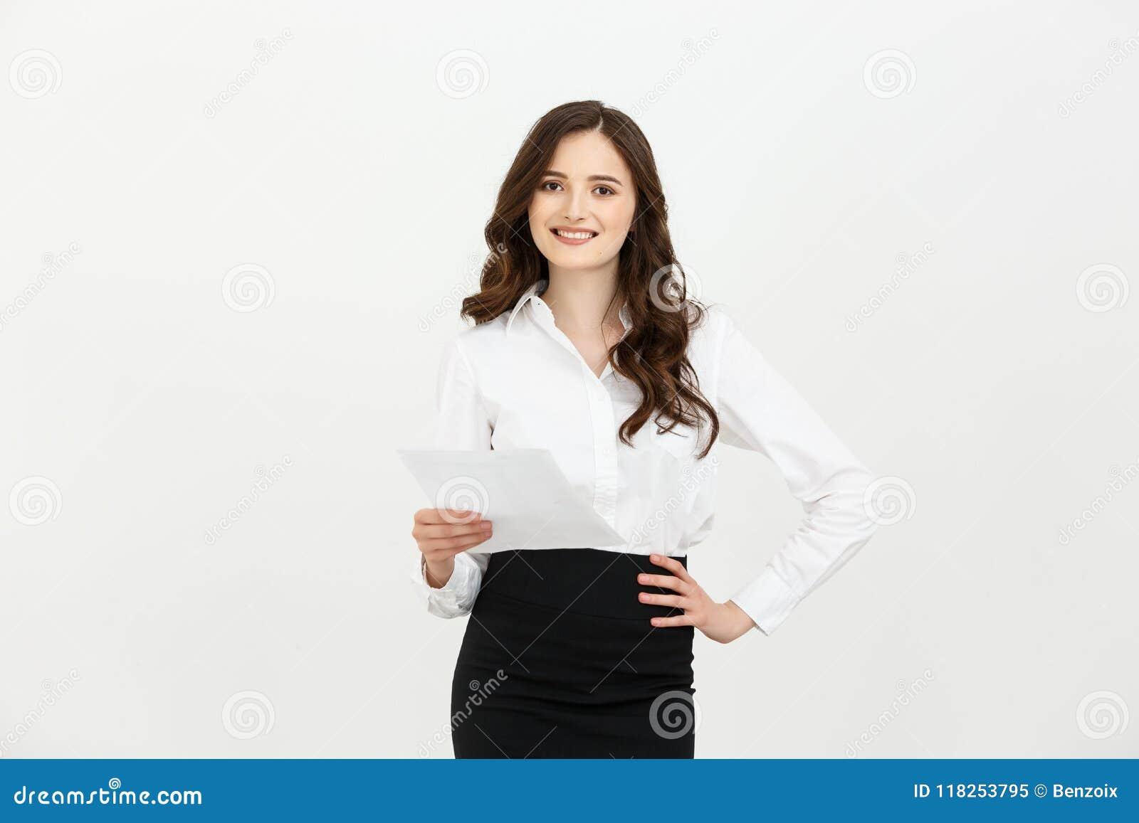 Mulher caucasiano nova segura feliz que mantém o sorriso estando do papel do relatório isolado sobre o fundo branco do estúdio