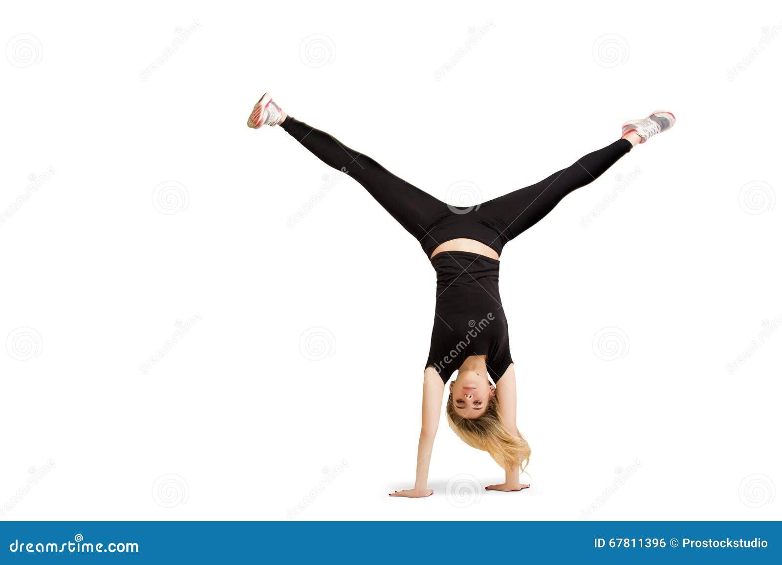 Mulher caucasiano que faz o cartwheel isolado no branco