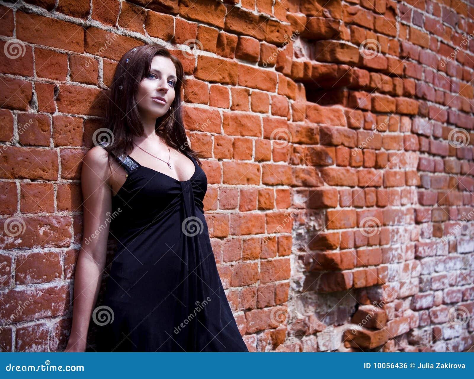 Mulher Charming no vestido preto