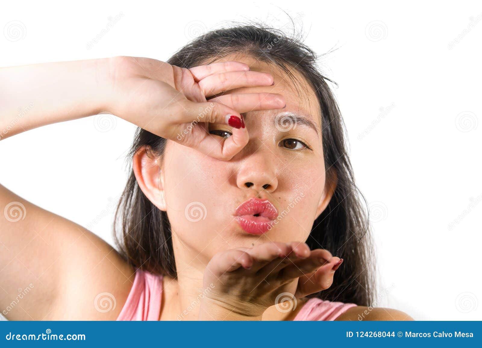 A mulher chinesa asiática feliz e bonita do adolescente que emula os dedos ata o gesto da celebração do objetivo do jogador de fu