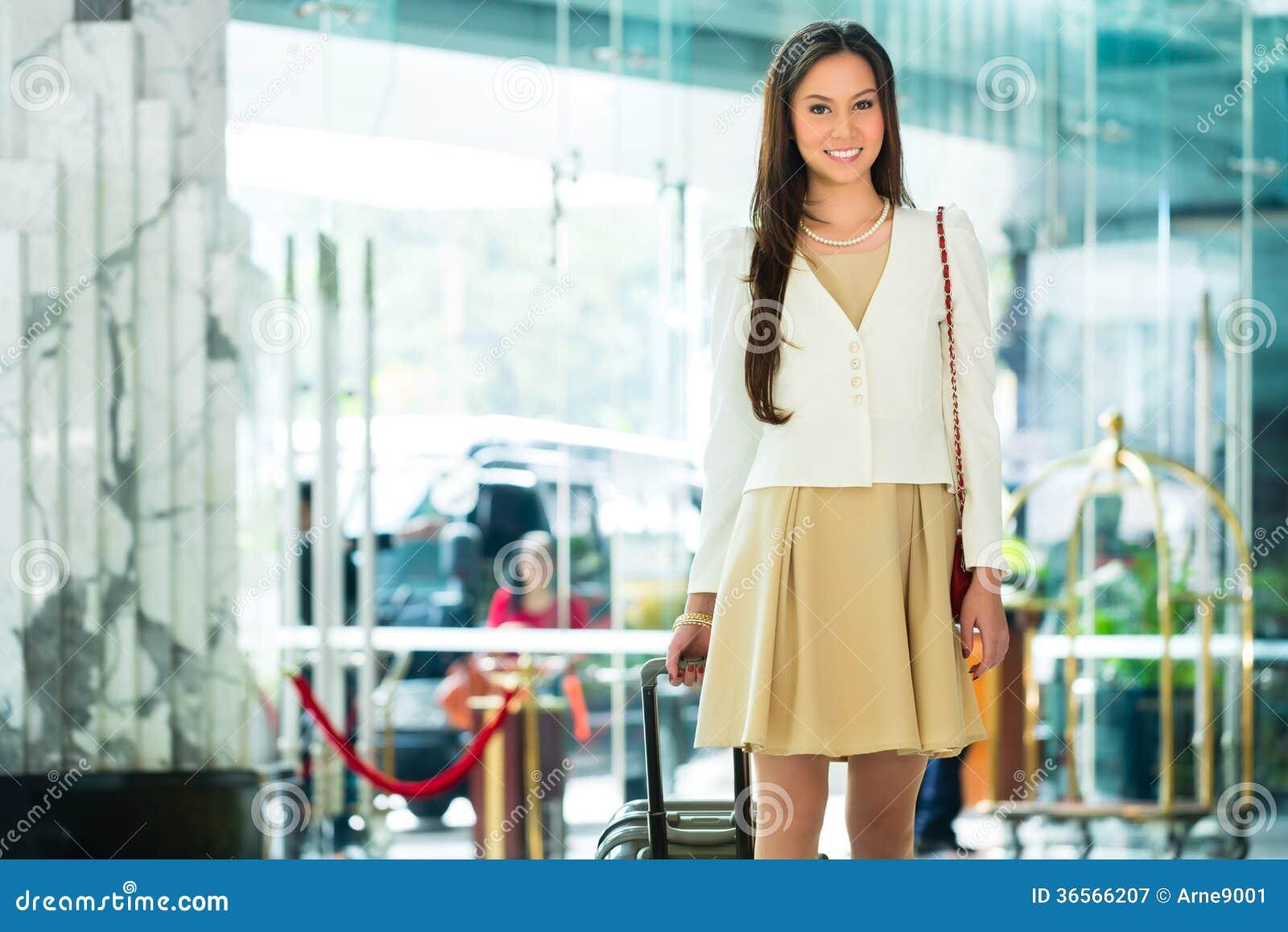 Mulher chinesa asiática na chegada da entrada do hotel