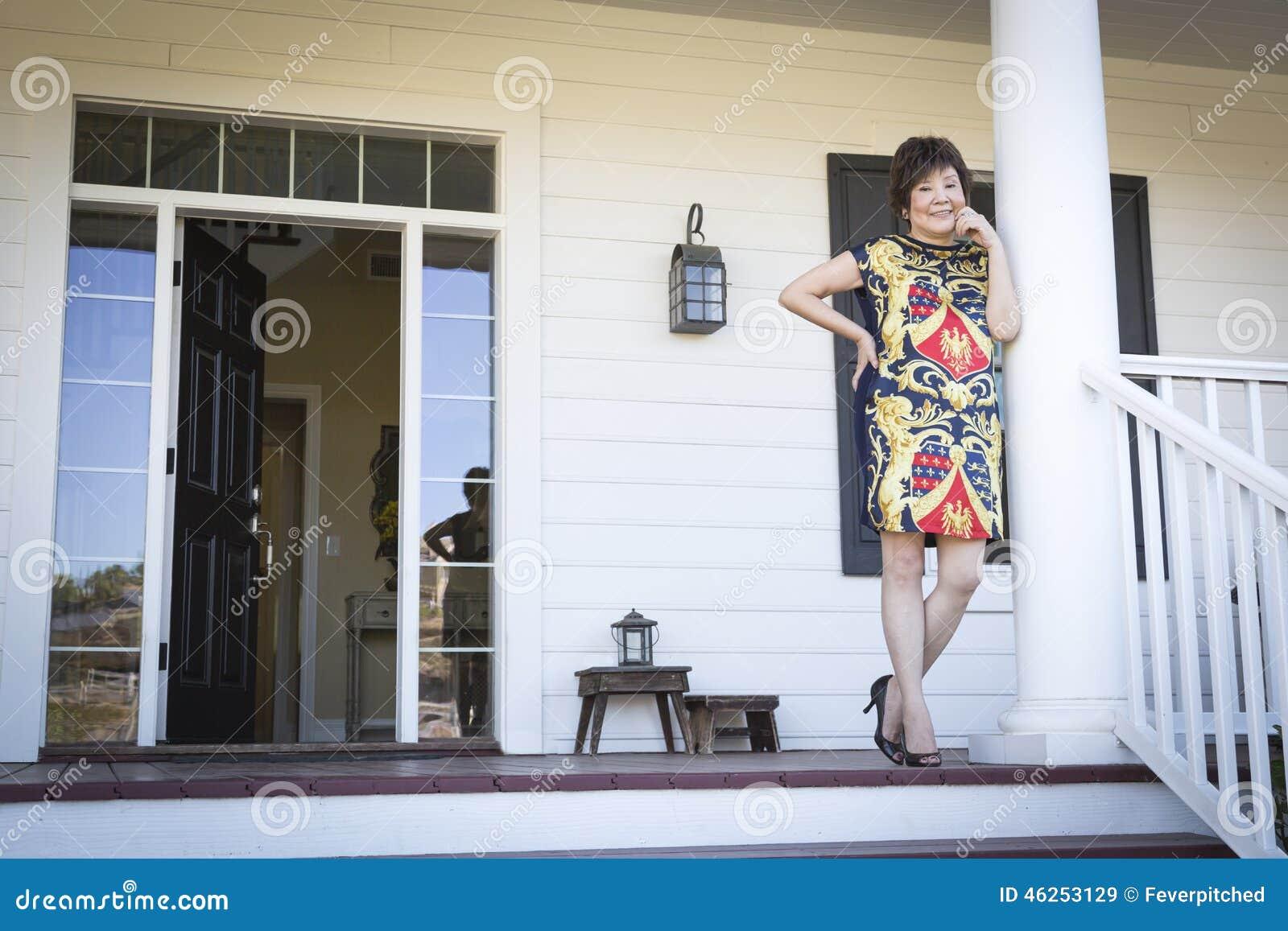 Mulher chinesa atrativa em seu Front Porch