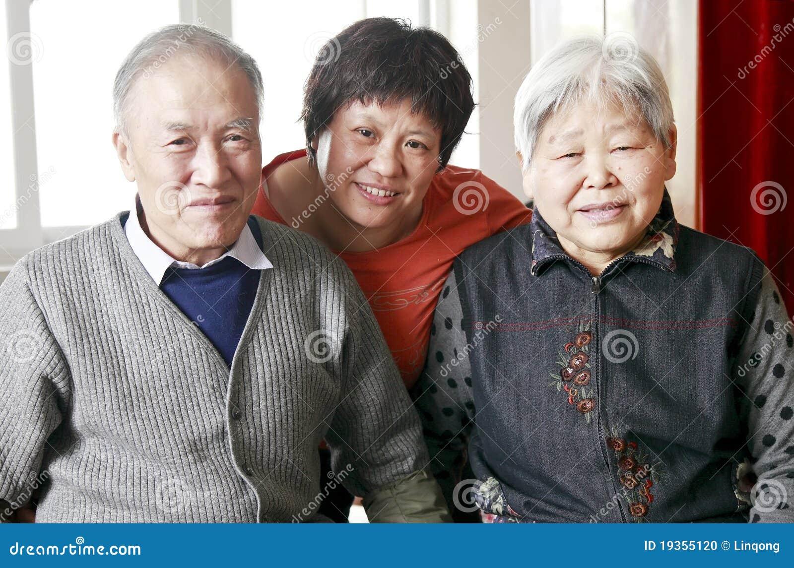 Mulher chinesa com seus pais