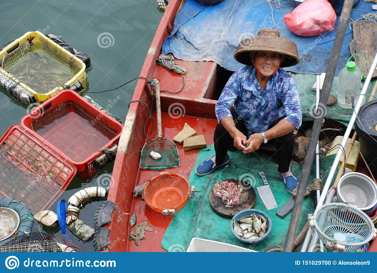Mulher chinesa do fisher no barco