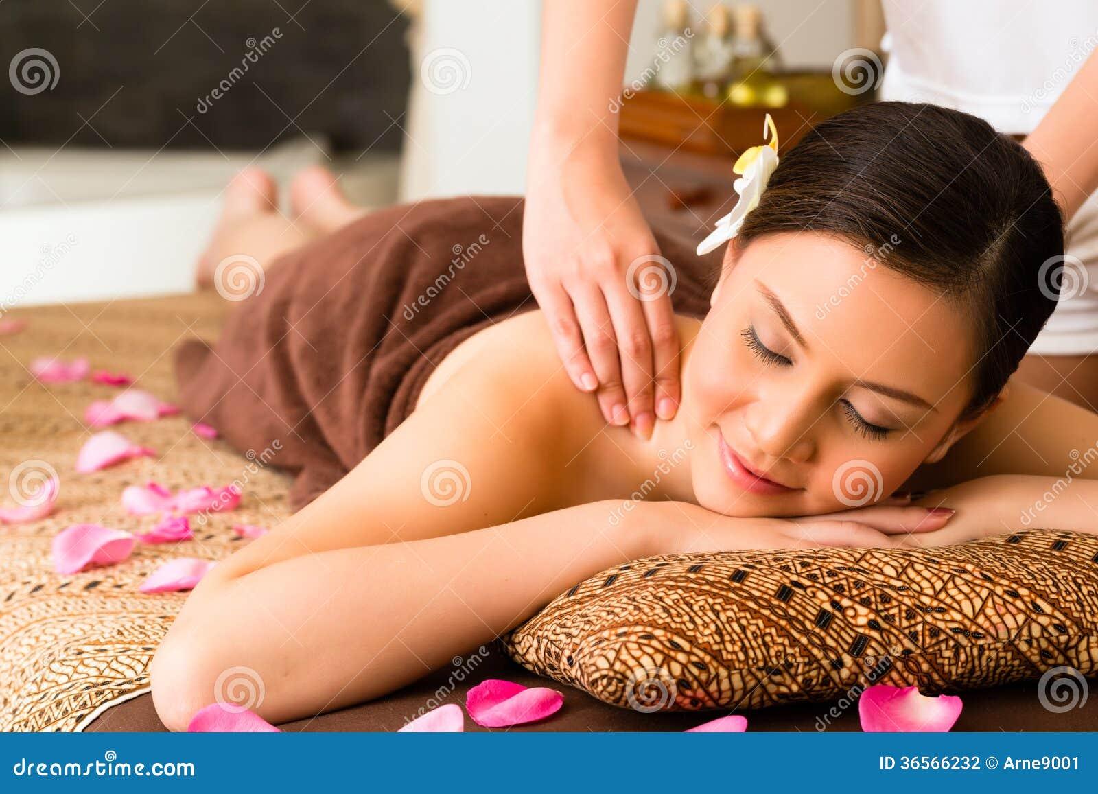 Mulher chinesa na massagem do bem-estar com óleos essenciais