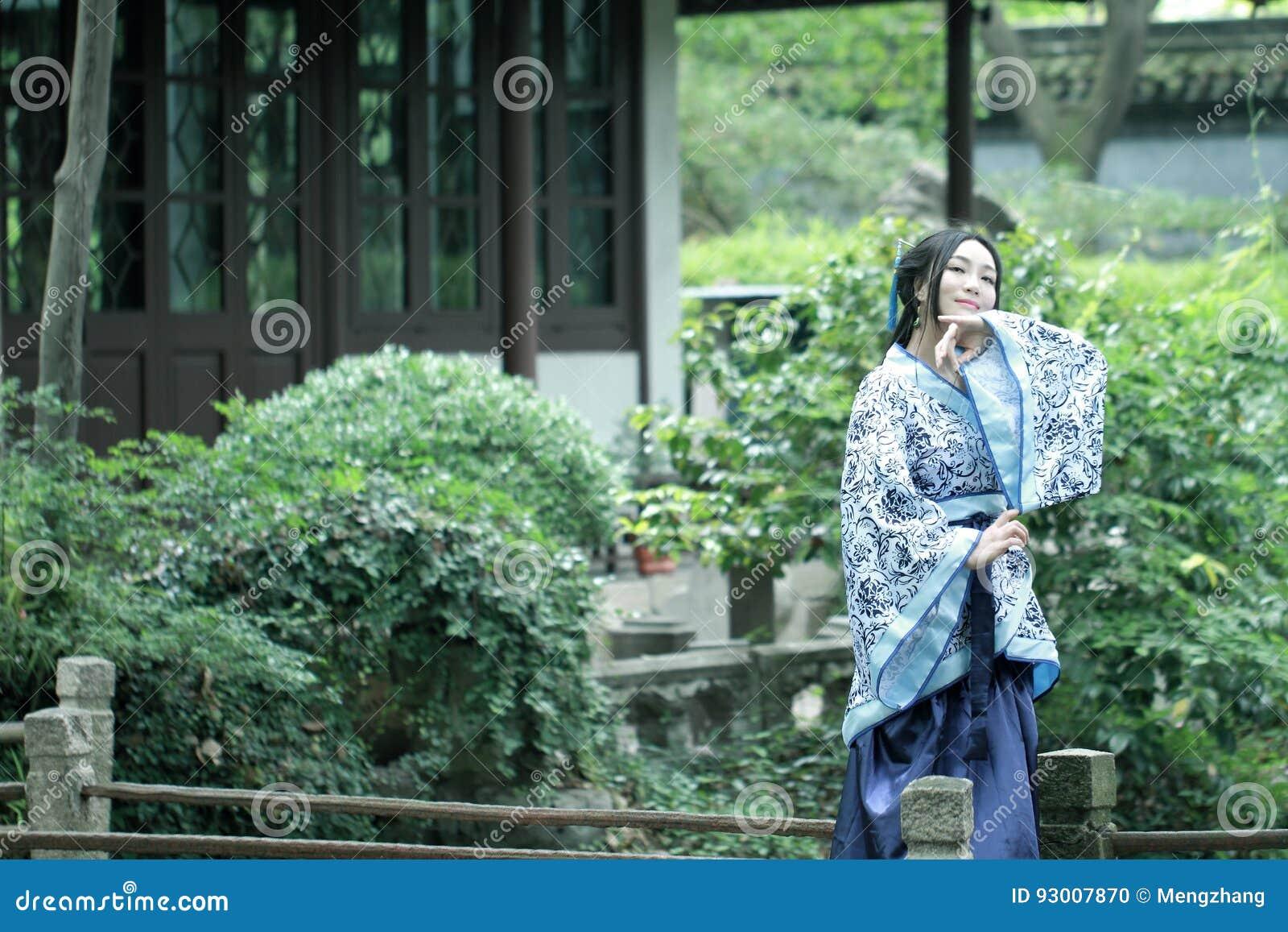 Mulher chinesa no vestido azul e branco tradicional de Hanfu do estilo da porcelana