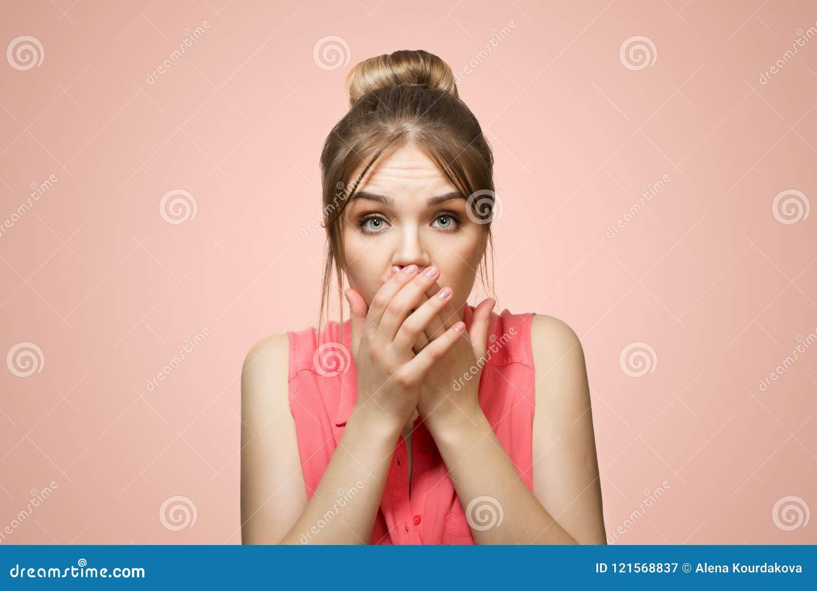 A mulher cobriu sua boca com suas mãos