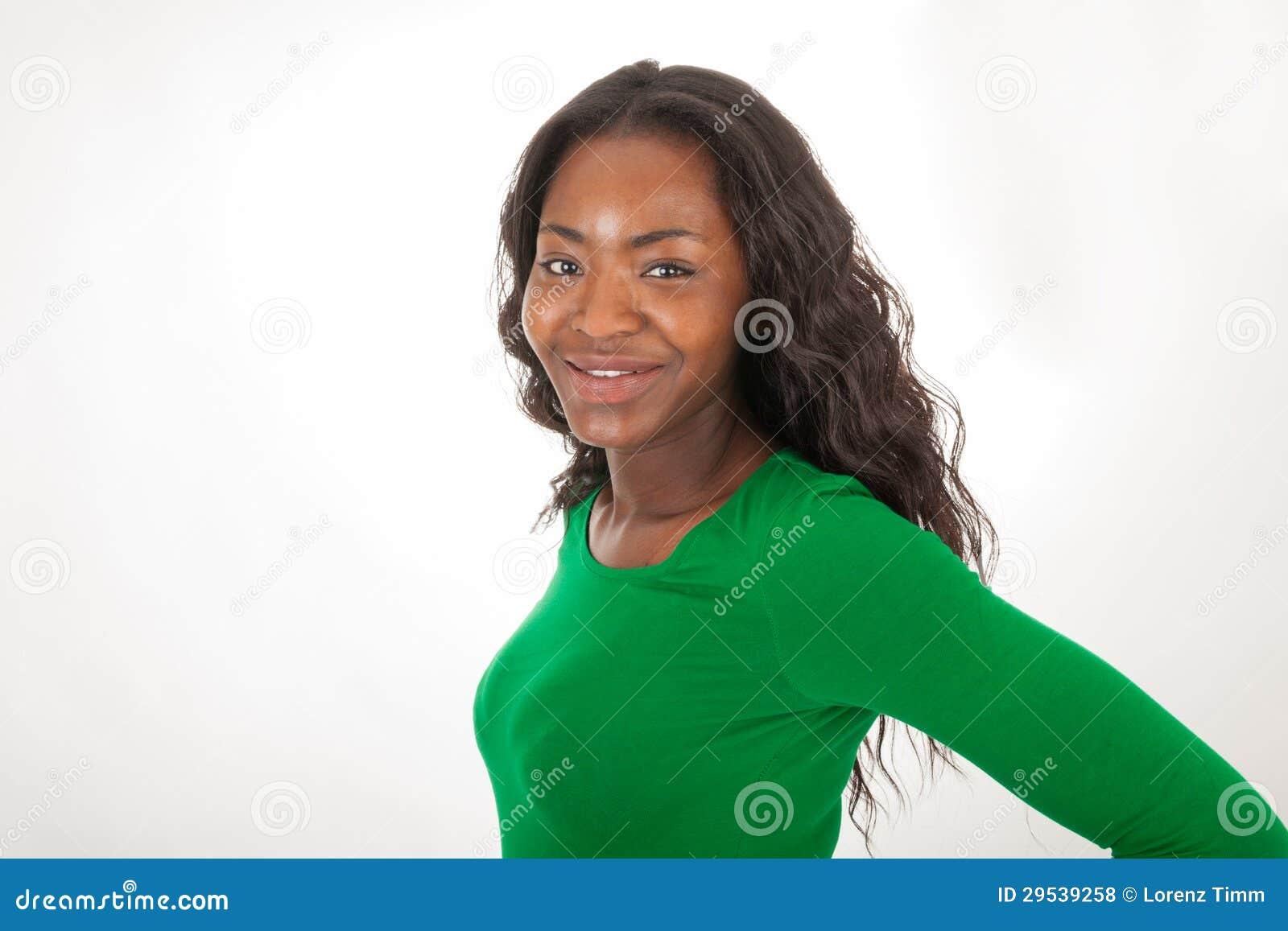 A mulher colorida está estando na frente da câmera