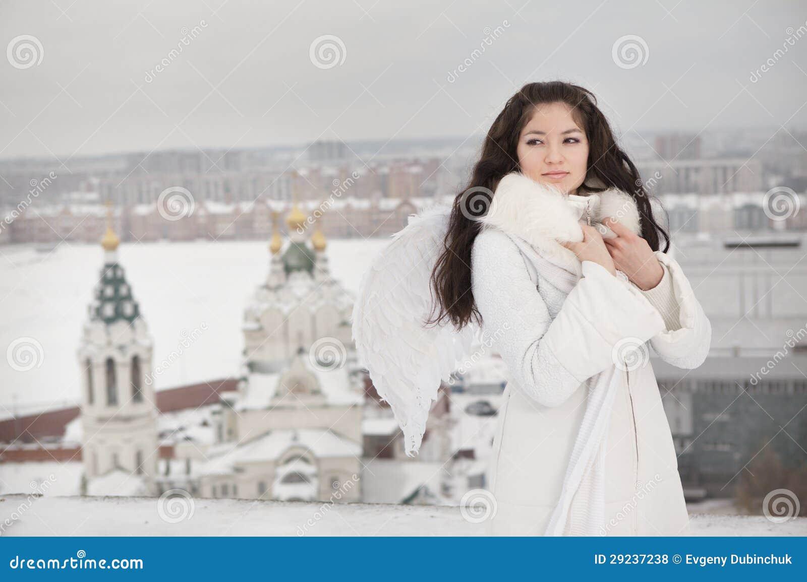 Download Mulher Com As Asas Do Anjo Que Estão No Telhado Foto de Stock - Imagem de forma, vestido: 29237238