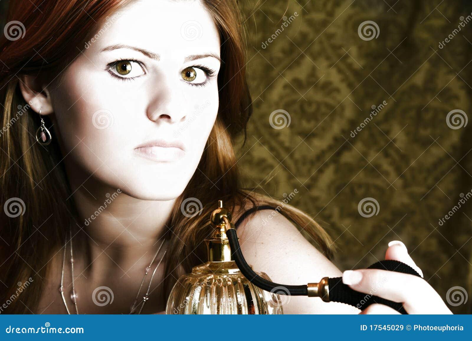 Mulher com atomizador do perfume