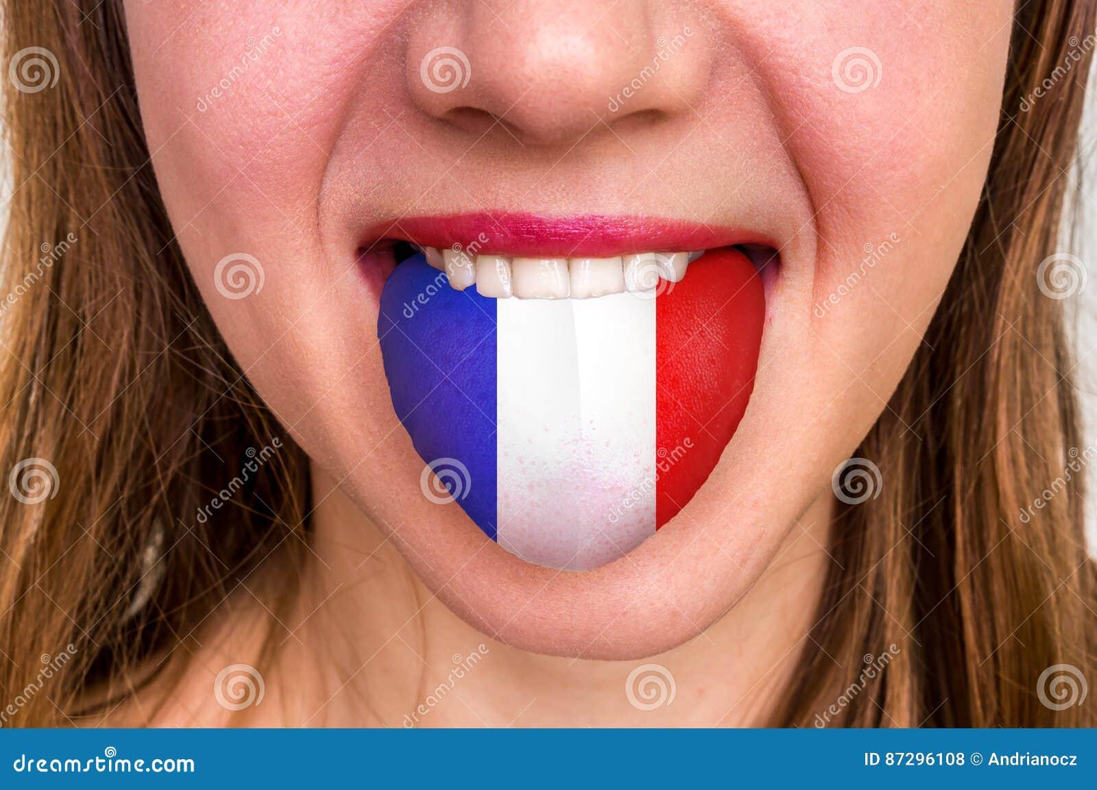 Mulher com a bandeira francesa na língua