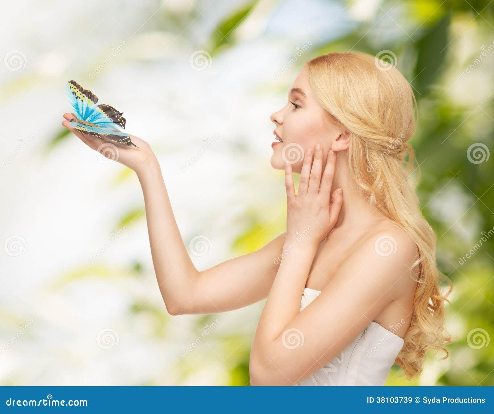 Mulher com borboleta à disposição