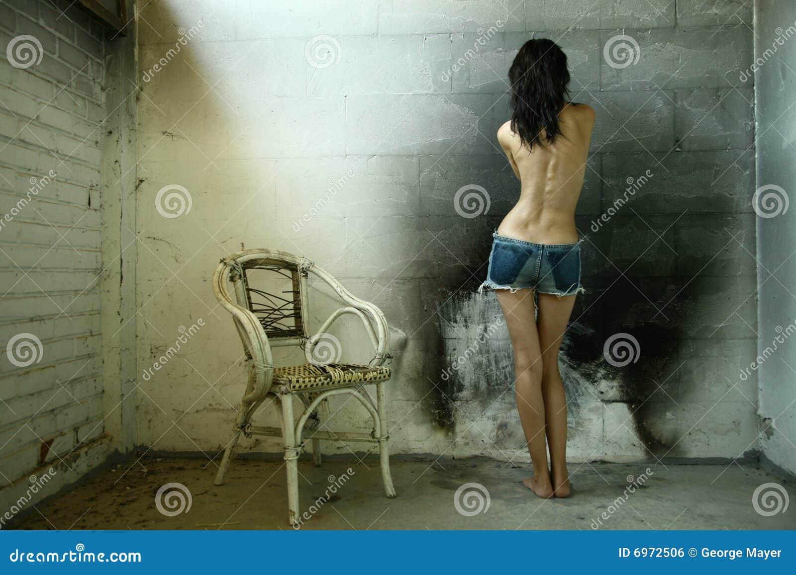 Mulher com cadeira velha