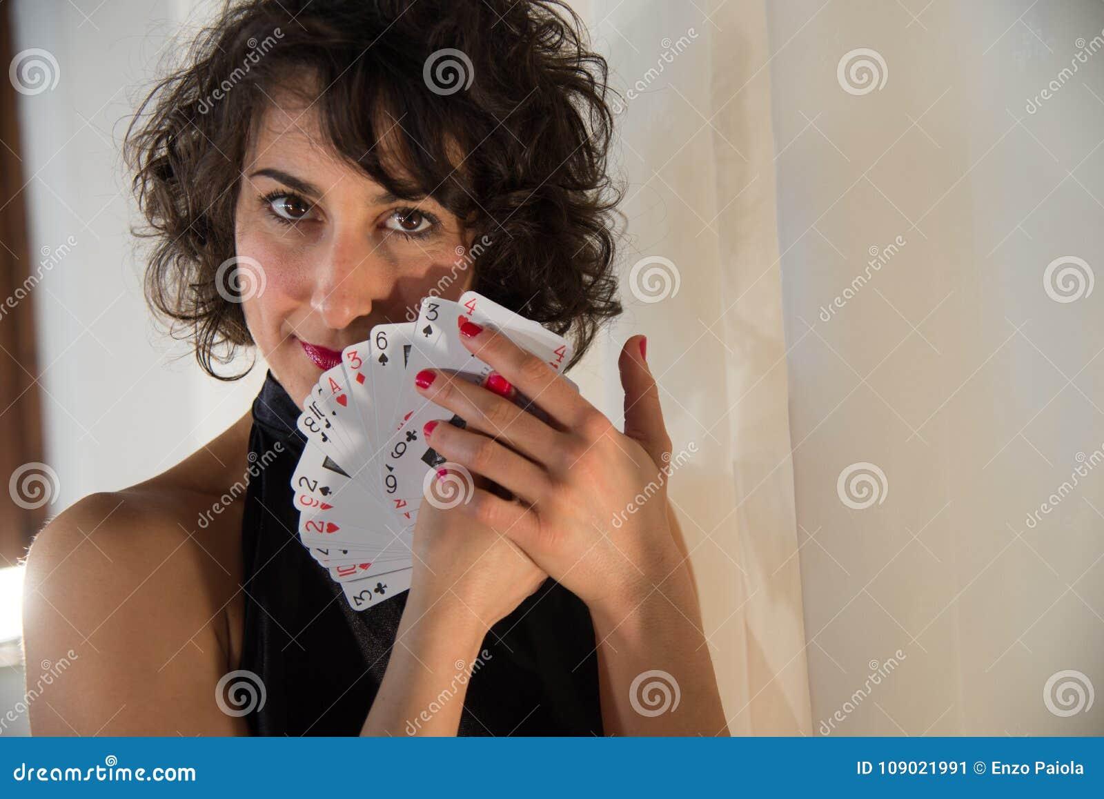 Mulher com cartões de jogo