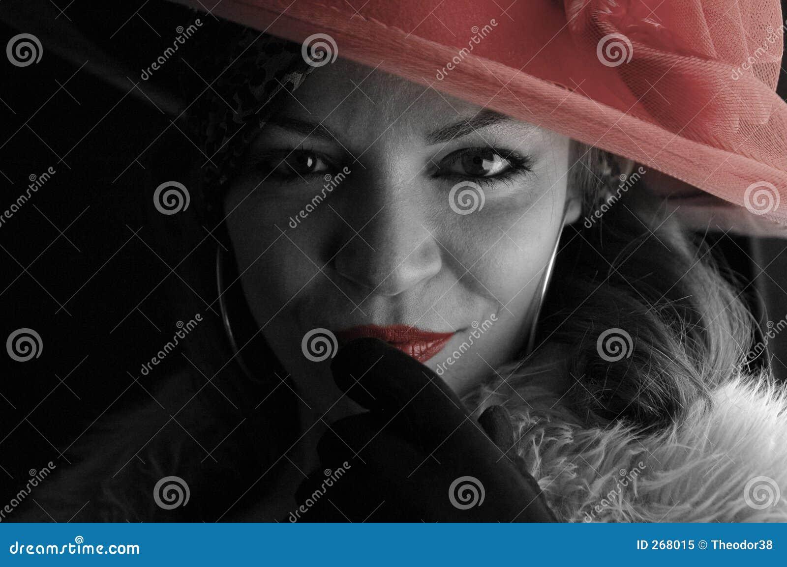 Mulher com chapéu vermelho