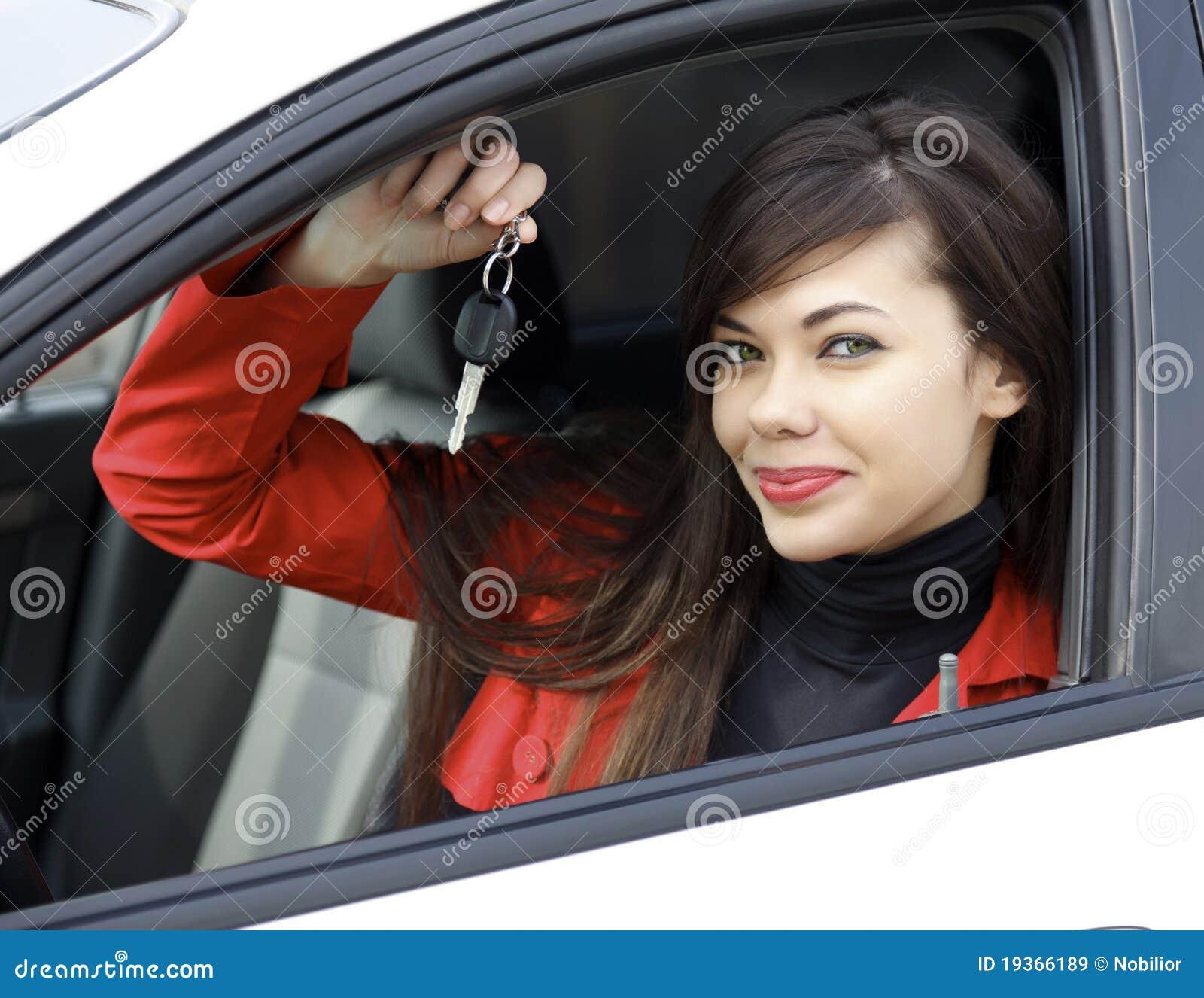 Mulher com chaves do carro