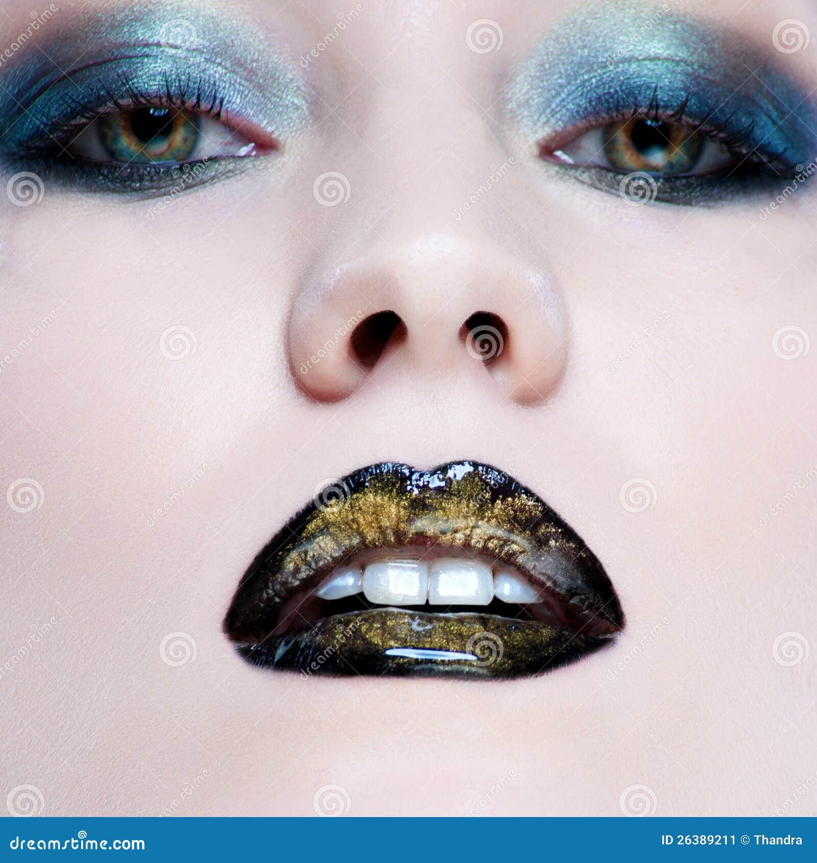 Mulher com composição do encanto da pérola e os bordos pretos