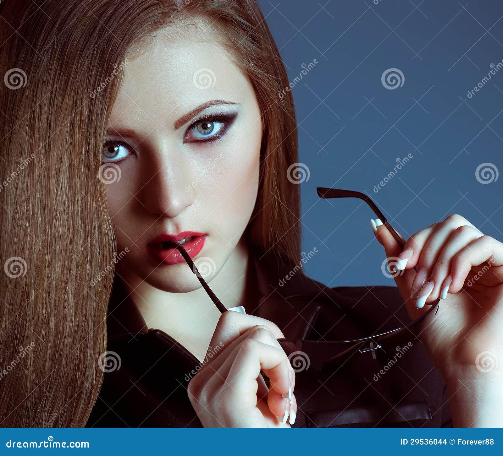 Mulher com composição na jóia luxuosa