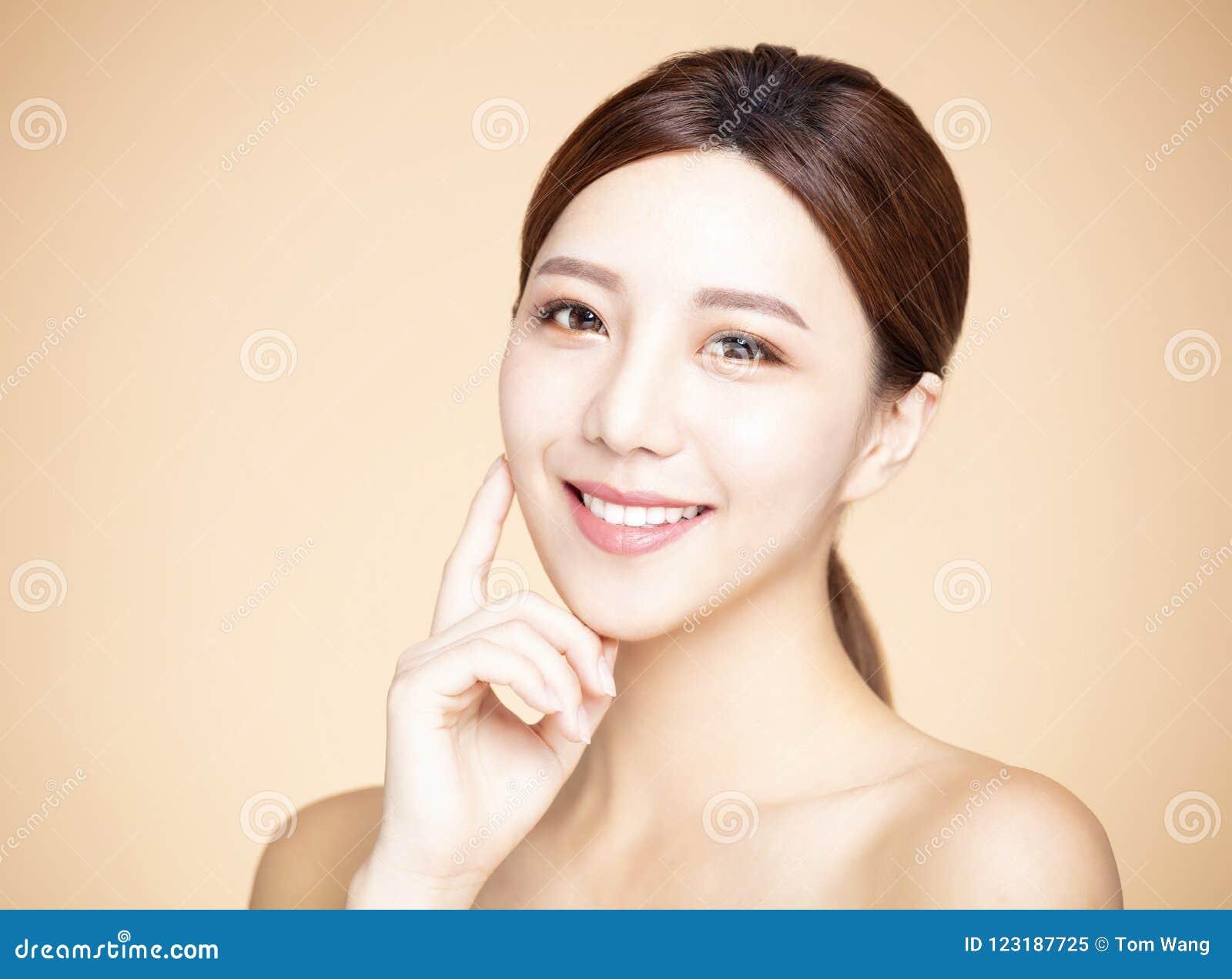 Mulher Com Composicao Natural E Pele Limpa Imagem De Stock Imagem