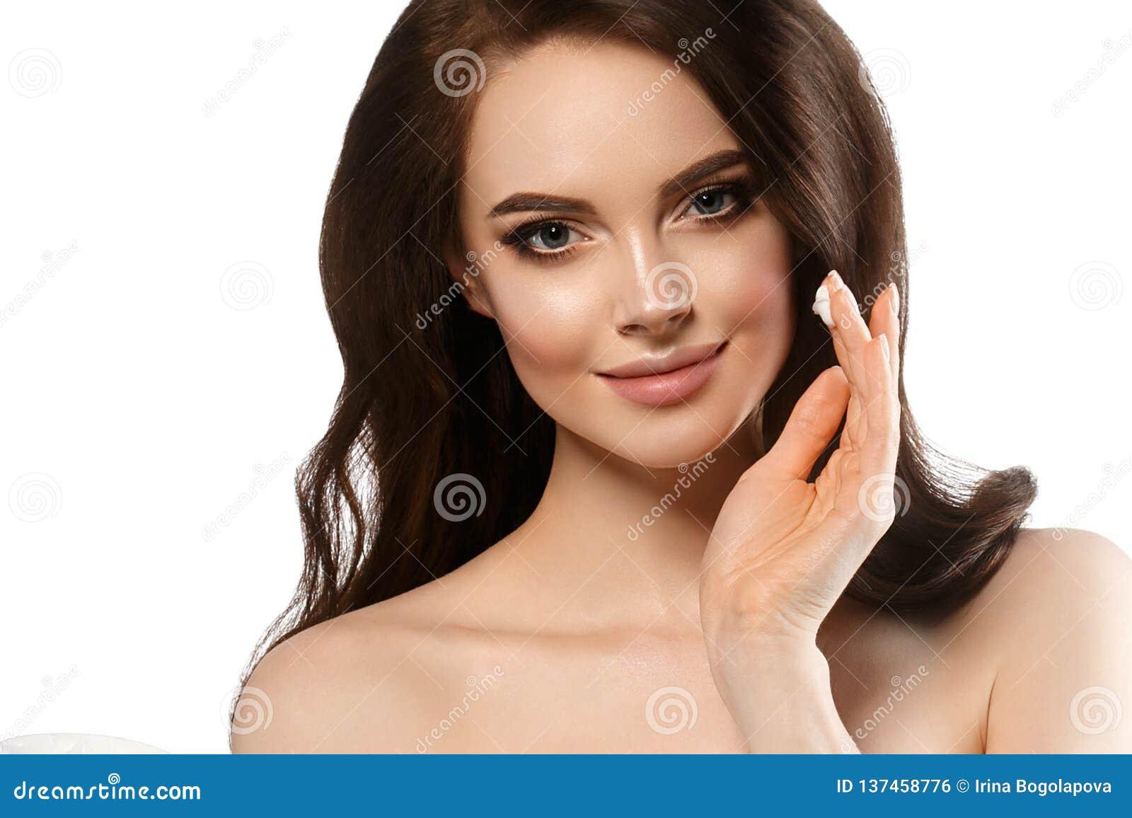 Mulher com conceito de creme dos cuidados com a pele da cara, fim limpo saudável da pele da cara fresca acima, modelo fêmea com c