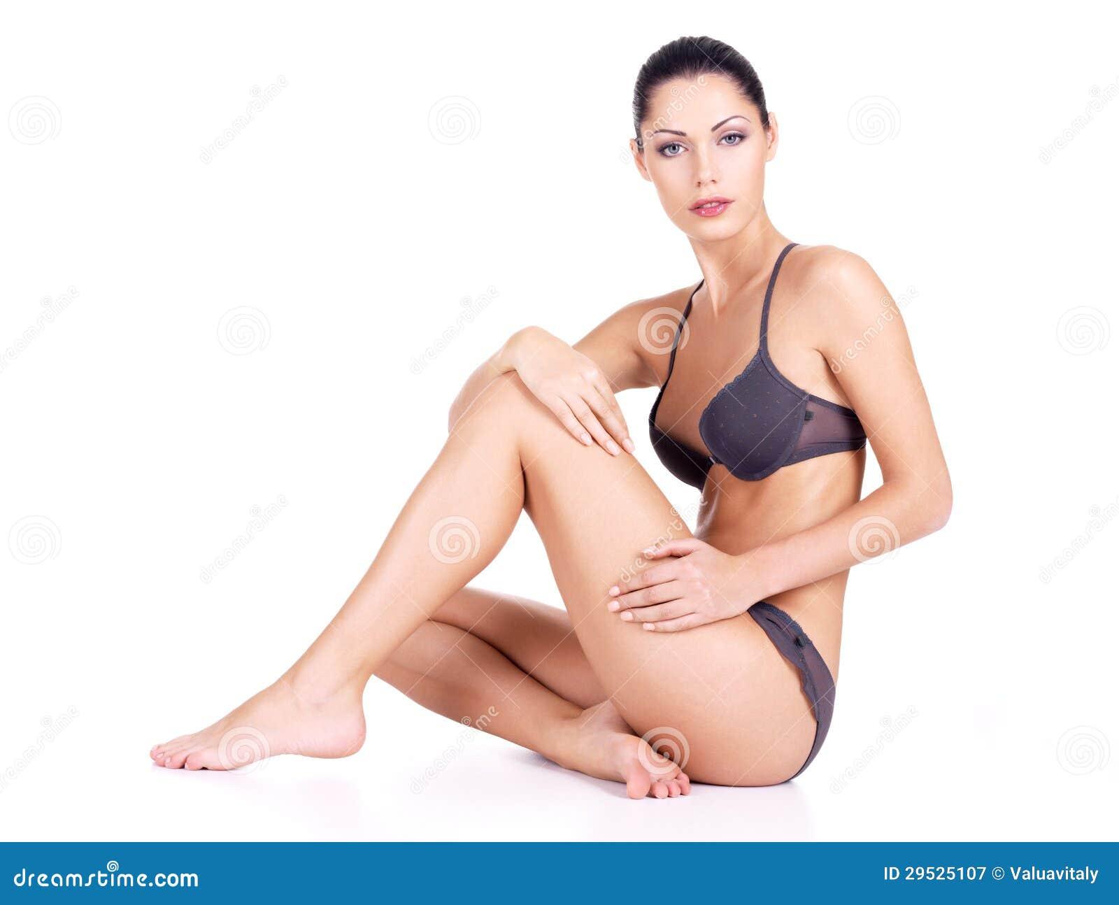 Mulher com corpo da saúde e pés magros longos