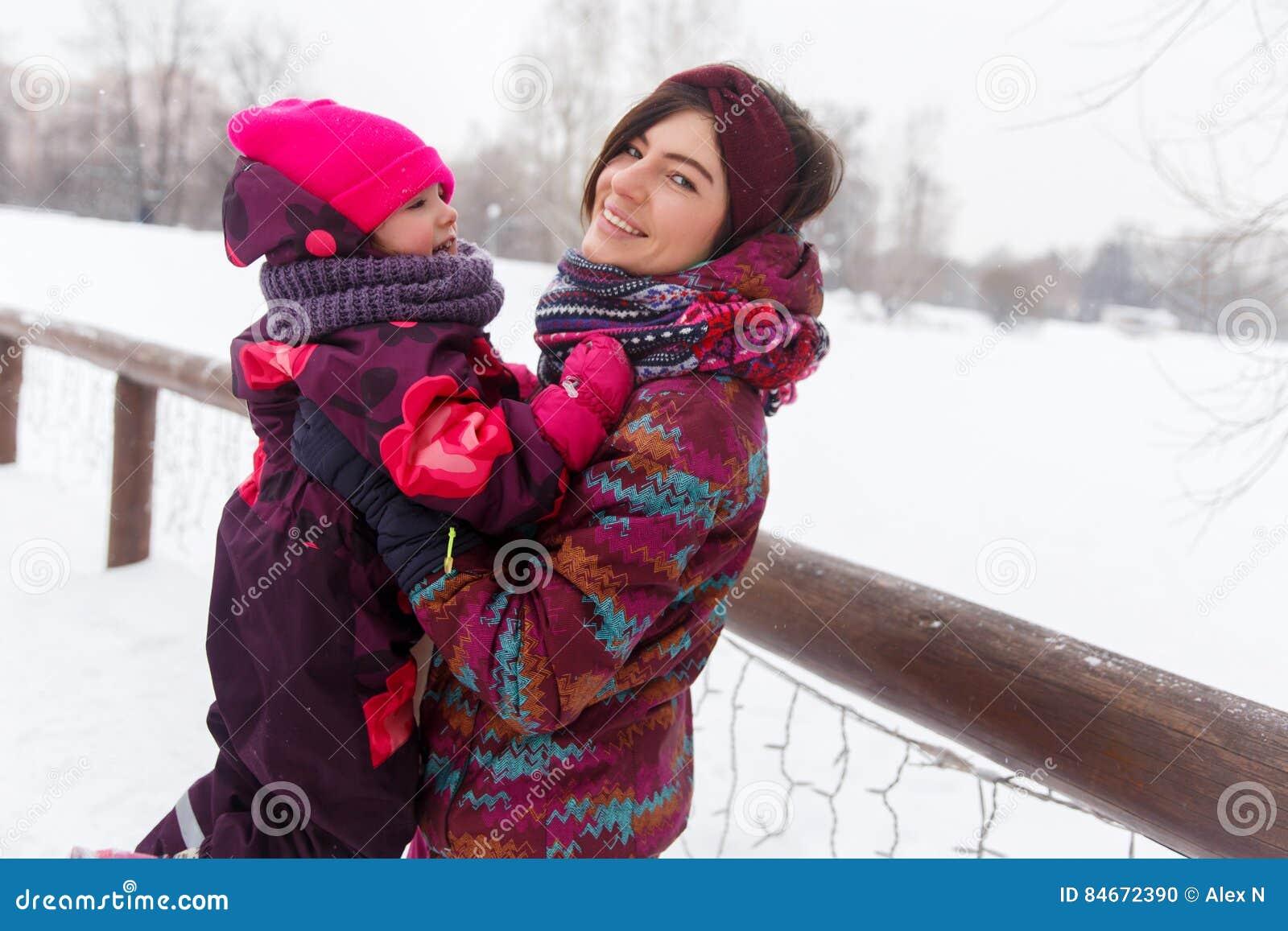 Mulher com a criança no inverno