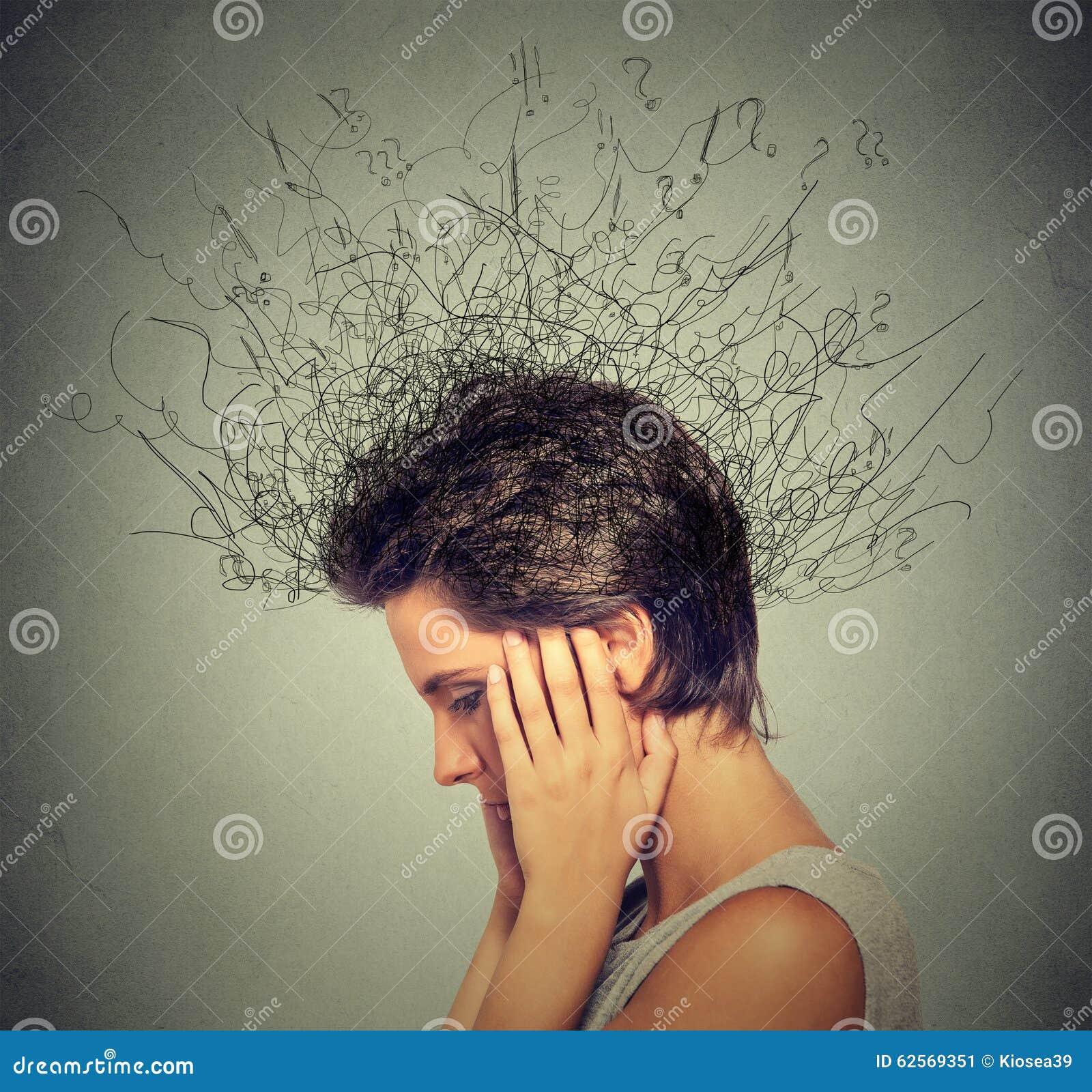 Mulher com a expressão preocupada da cara que tenta concentrar-se com o cérebro que derrete em linhas